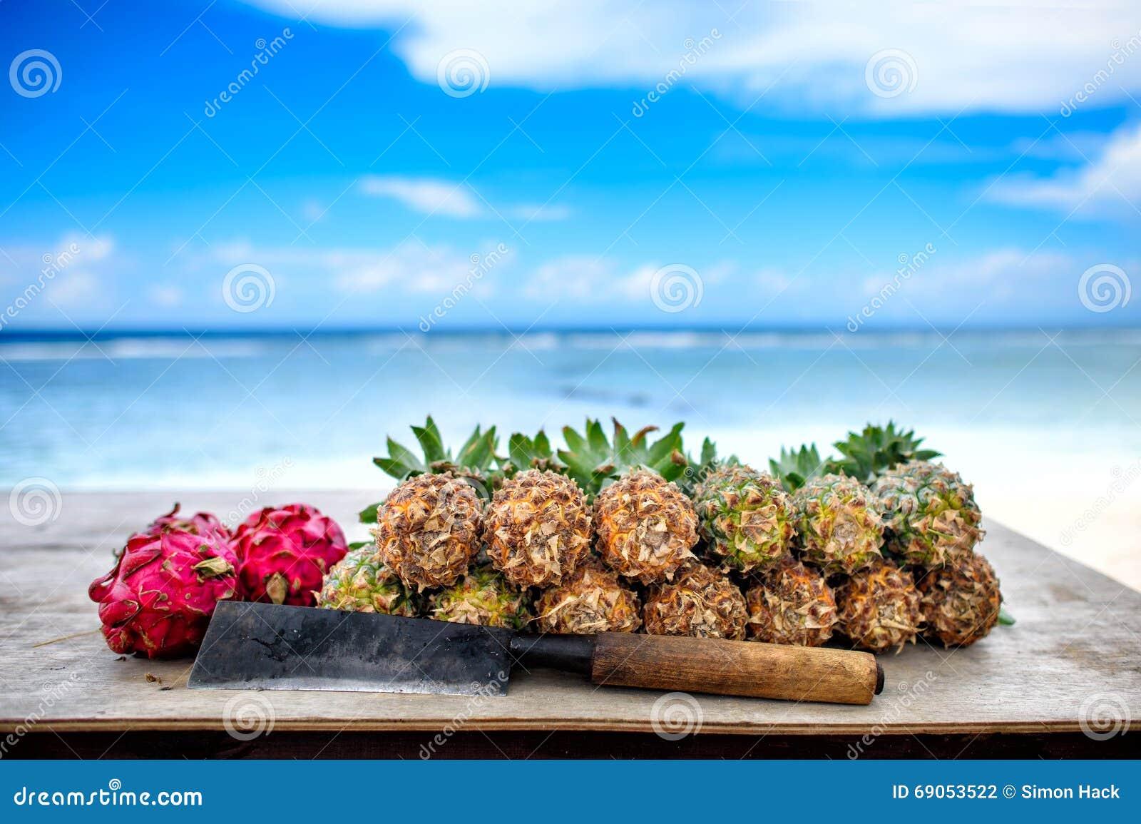 Ananassen en draakfruit met machete