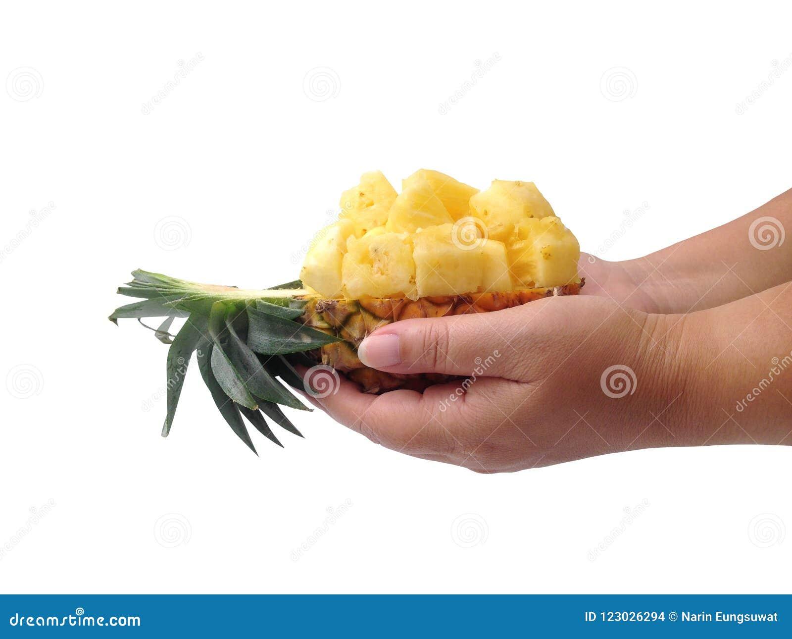 Ananassnitt som är halvt på vit bakgrund