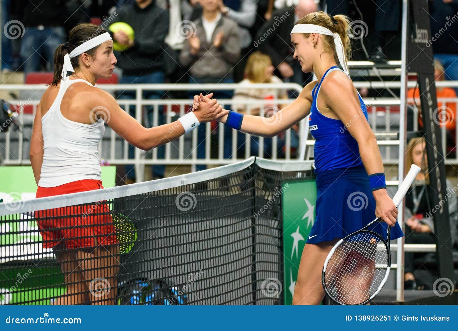 Anastasija Sevastova en Anna Karolina Schmiedlova tijdens Wereldgroep II Eerste Rond spel tussen team Letland en team Slowakije