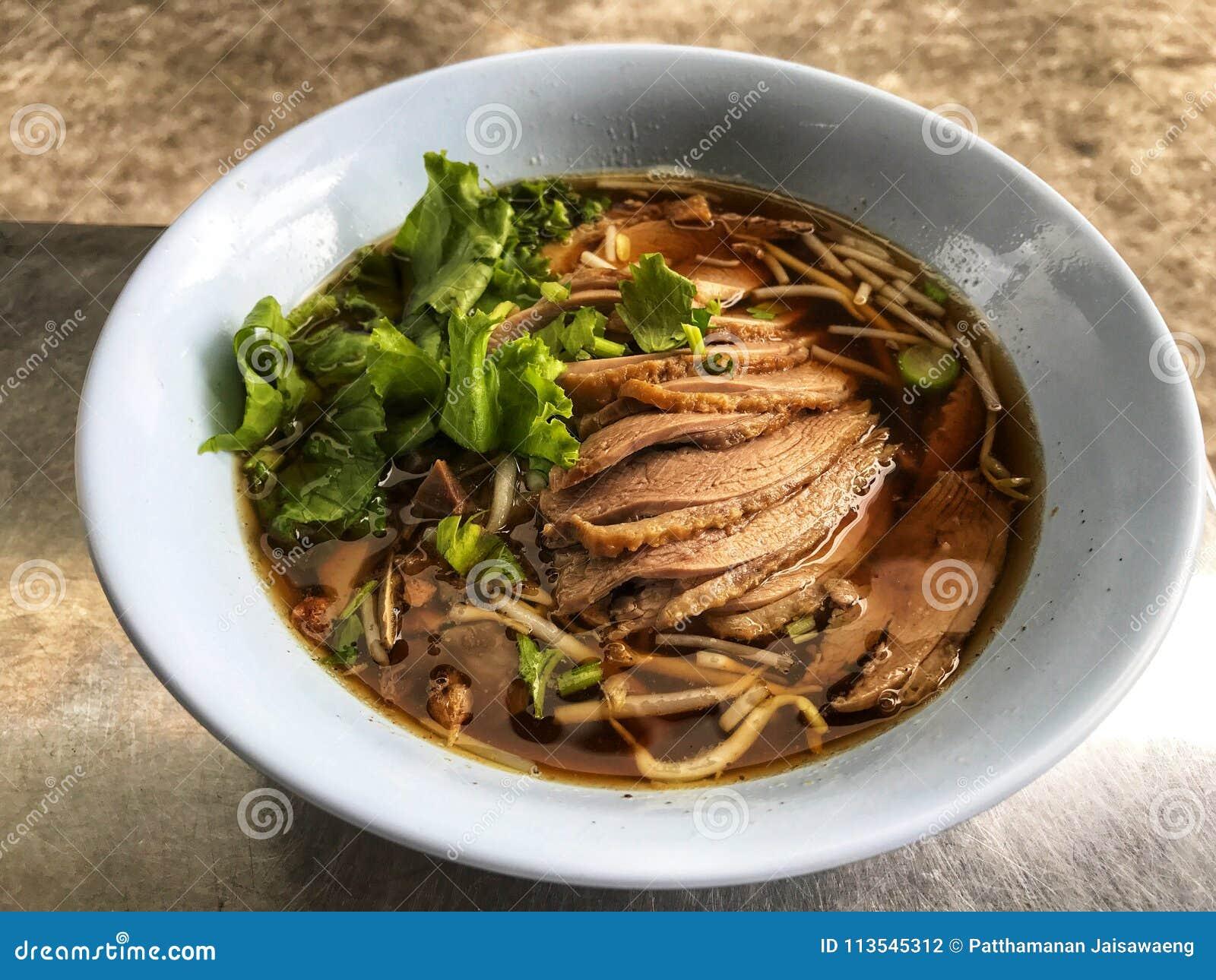 Anatra e minestra di verdura in ciotola bianca, alimento tradizionale e popolare tailandese
