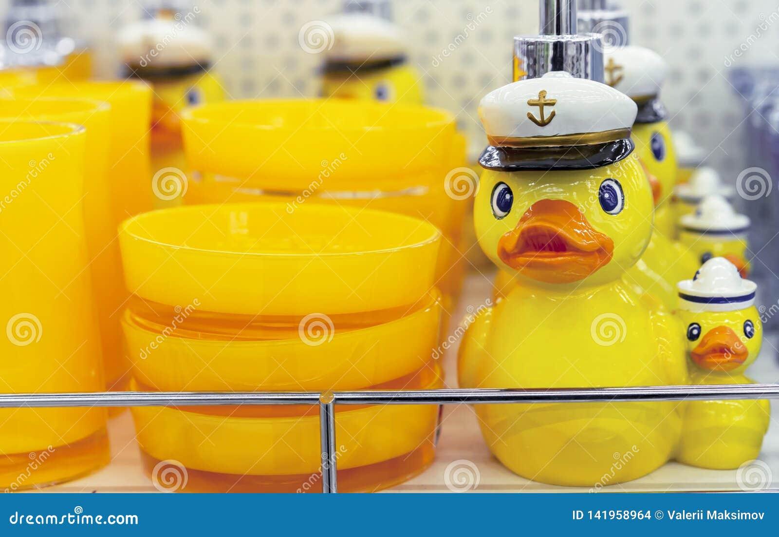 Anatra gialla in un erogatore marino del cappuccio per sapone liquido
