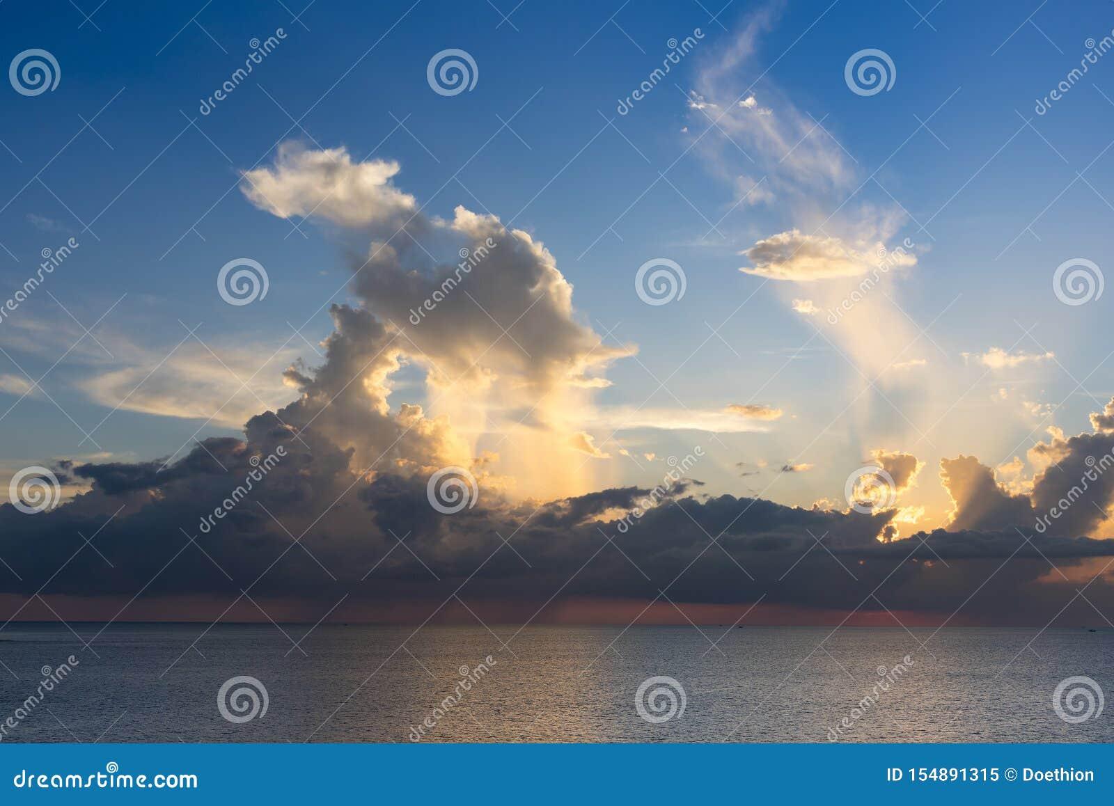 Anche il cielo con drammatico si rannuvola il mare con cloudscape scolpito 3D