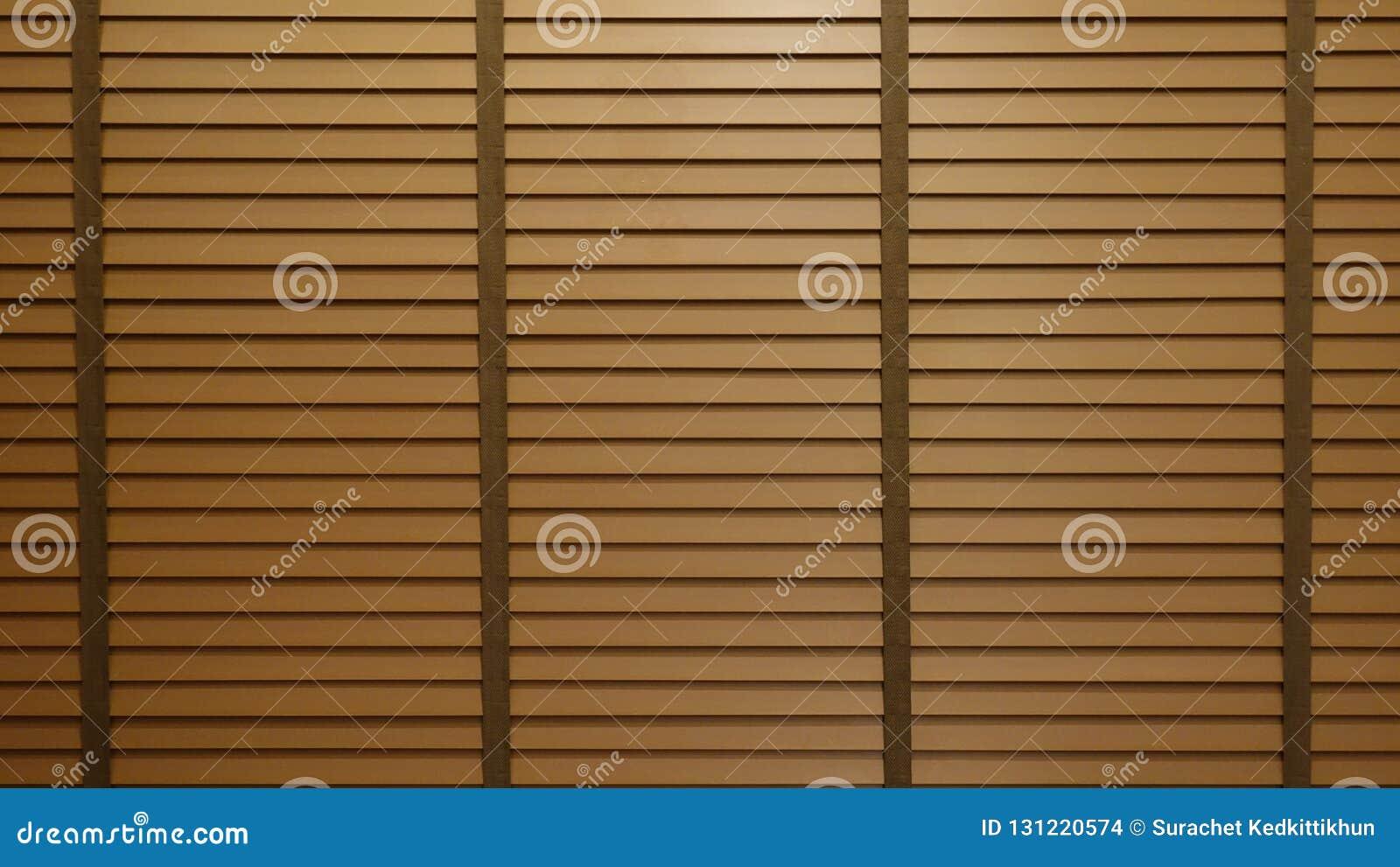 Anche la luce del sole fuori dei ciechi, del sole e dell ombra di legno di finestra sulla parete dei ciechi di finestra e delle m