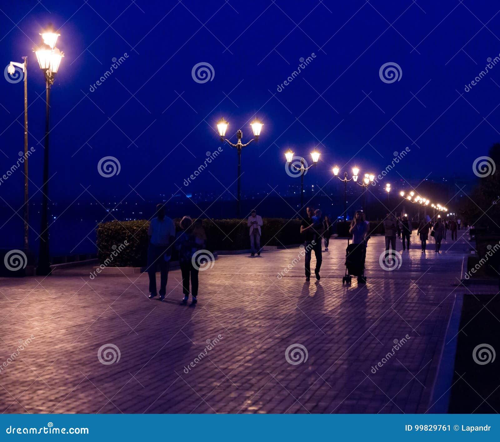 Anche passeggiata nella città della samara, la Russia Illuminazione di via al crepuscolo