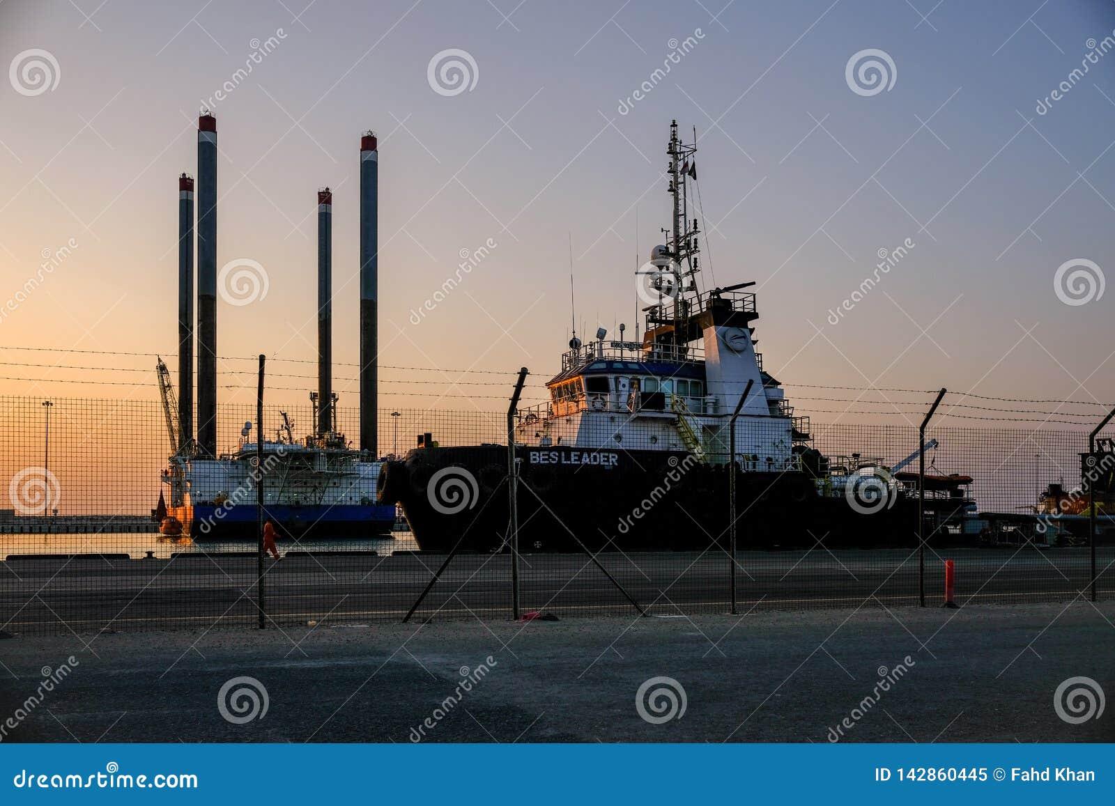 Anche punto di vista di Zayed Port con le navi e gli impianti offshore messi in bacino