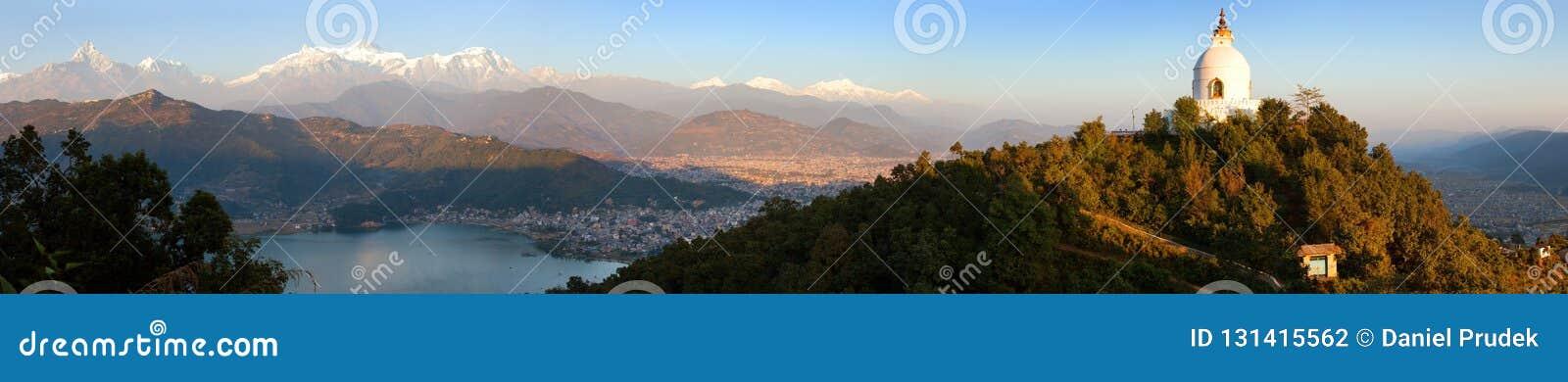 Anche vista panoramica dello stupa di pace di mondo, del lago Phewa, di Pokhara e di grande gamma himalayana, Annapurna, Manaslu,