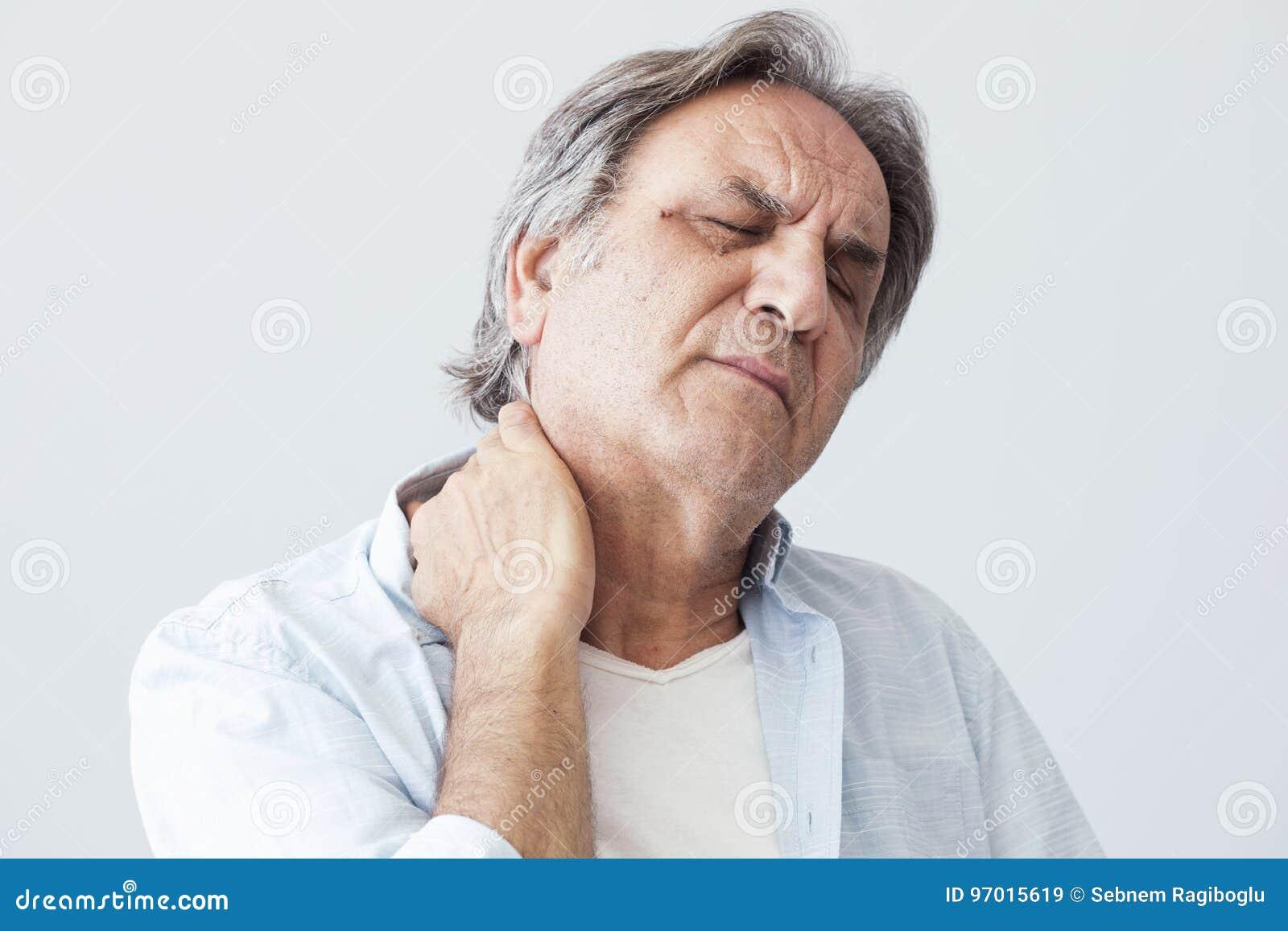 Ancião com dor de pescoço