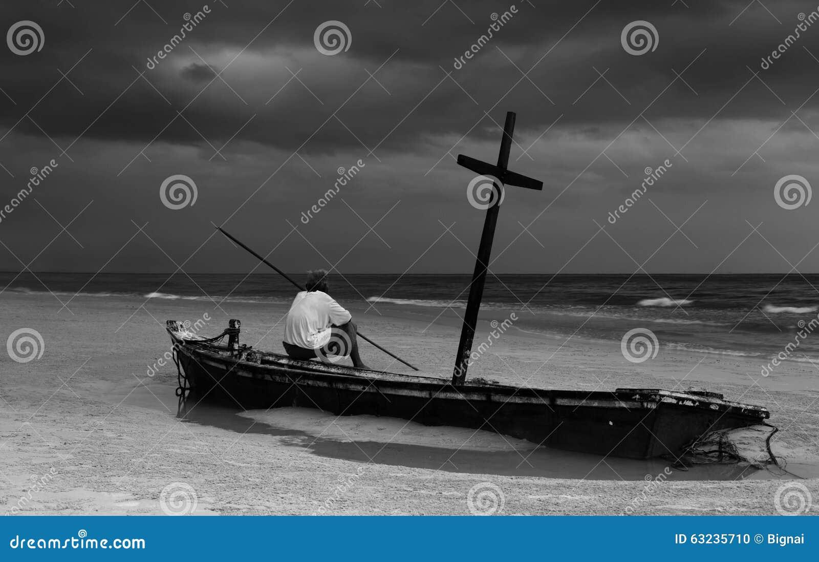 Ancião não identificado no barco do wereck na praia com clou da tempestade