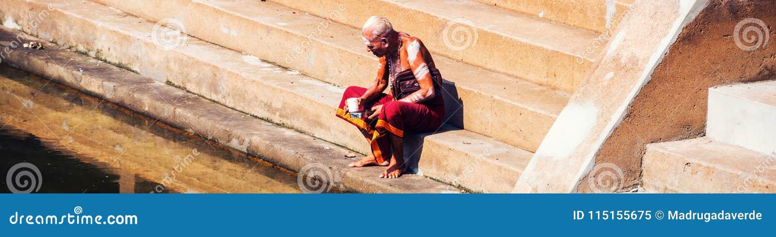 Ancião que veste a situação típica da veste na associação do templo de Sree Padmanabhaswamy durante o dia ensolarado em Trivandru