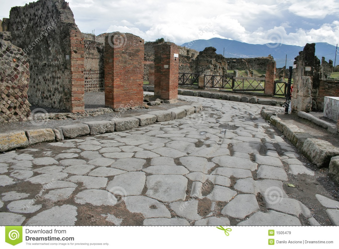pompeii ruins The ruins at pompeii were first discovered late in the 16th century by the architect  domenico fontana herculaneum was discovered in 1709, and systematic.