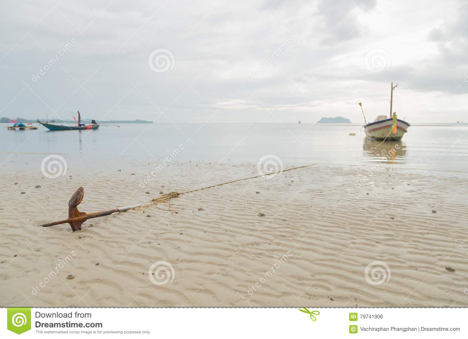 Ancla que descansa sobre la playa