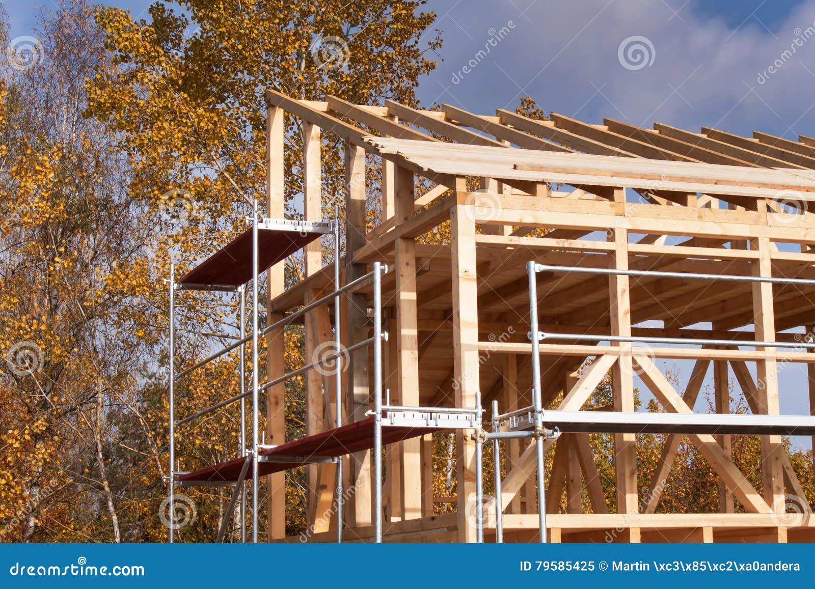 Andamio Del Metal Alrededor De La Casa Inacabada Construcción De La ...
