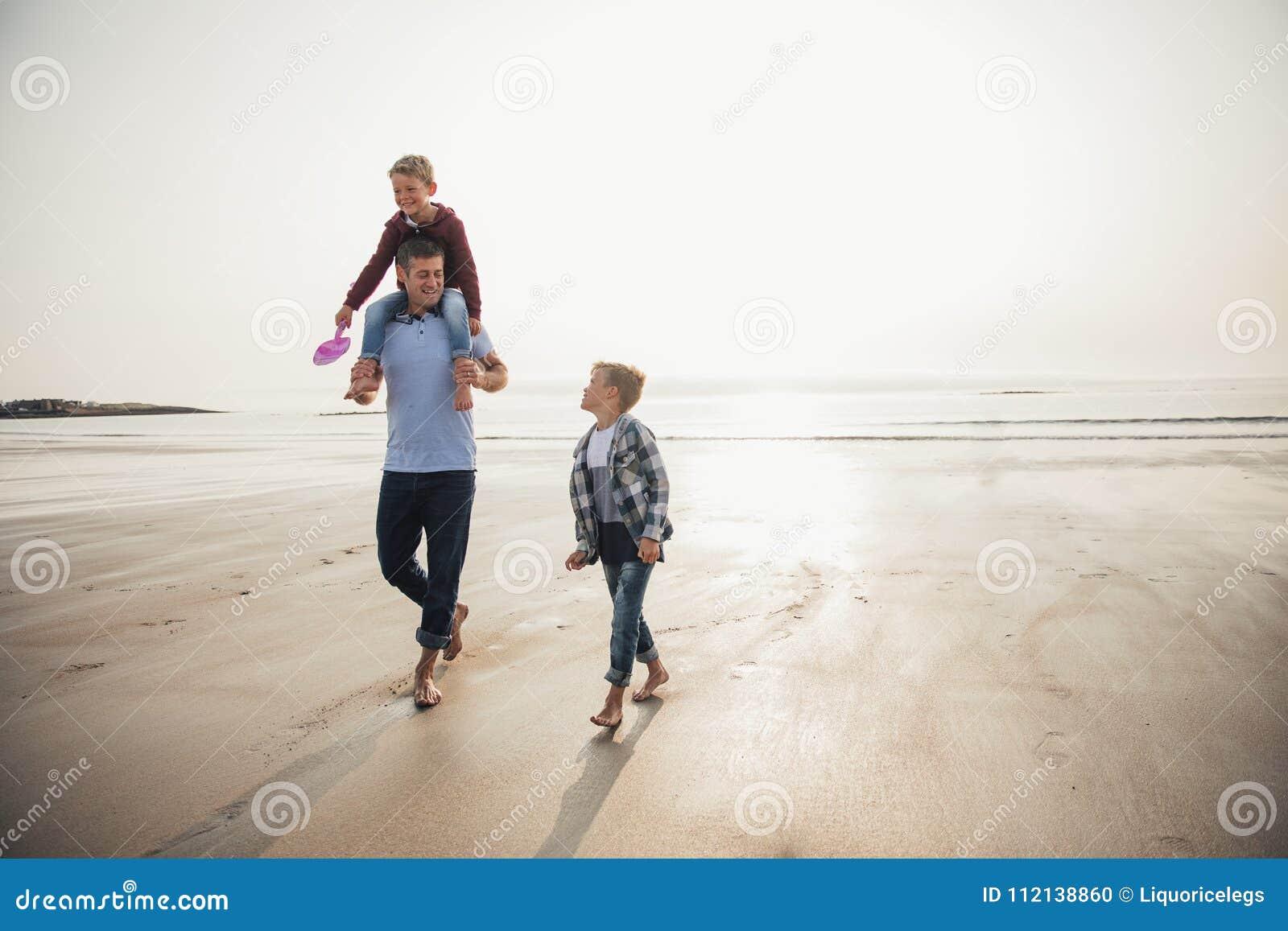 Andar acima das águas afia na praia