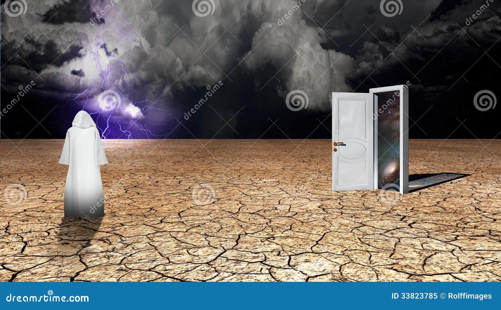 Andarilho na lama secada do deserto