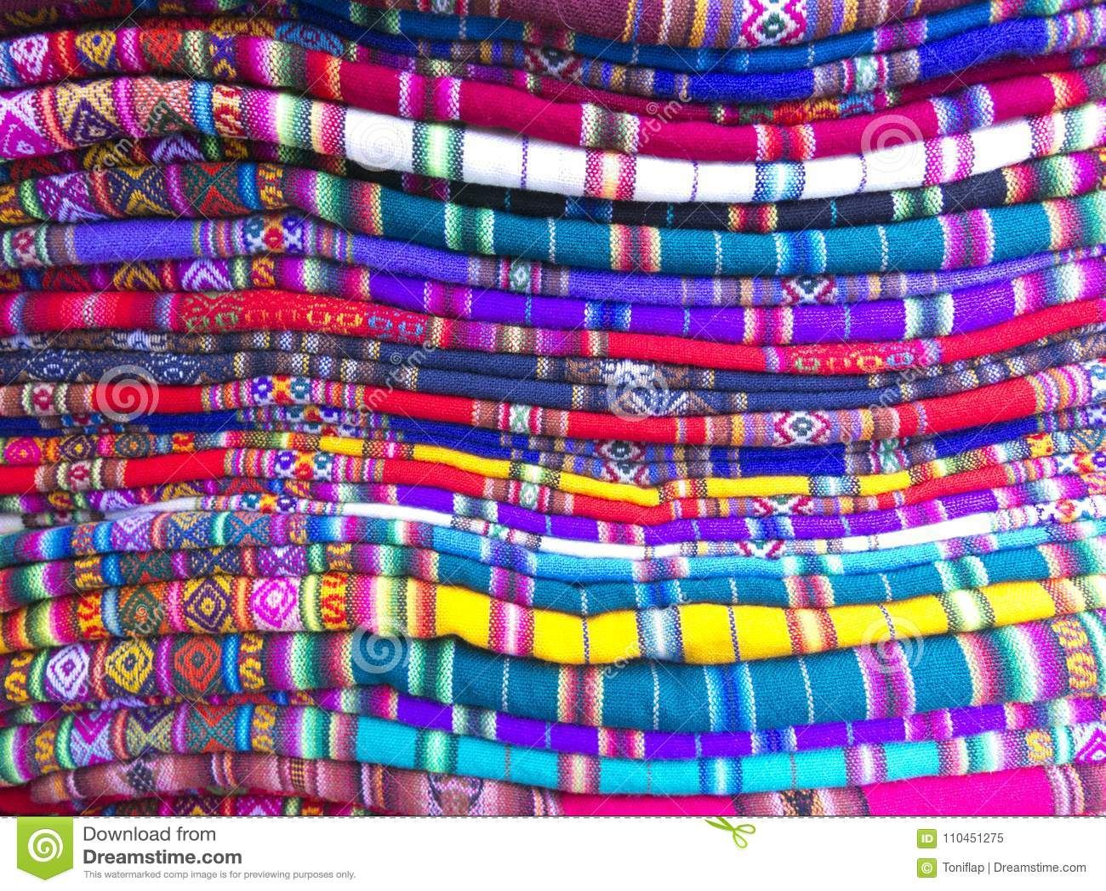 Andean filtar i en gatamarknad, La Paz, Bolivia