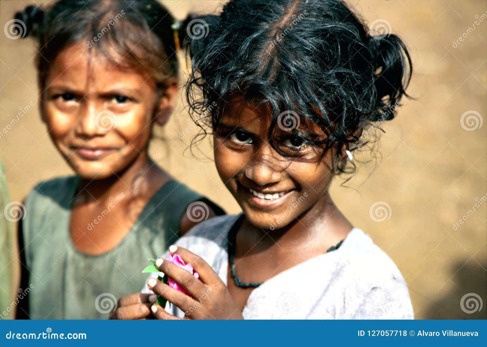 Andhra Pradesh, India, circa Augustus 2002: De meisjes stellen in een landelijk dorp