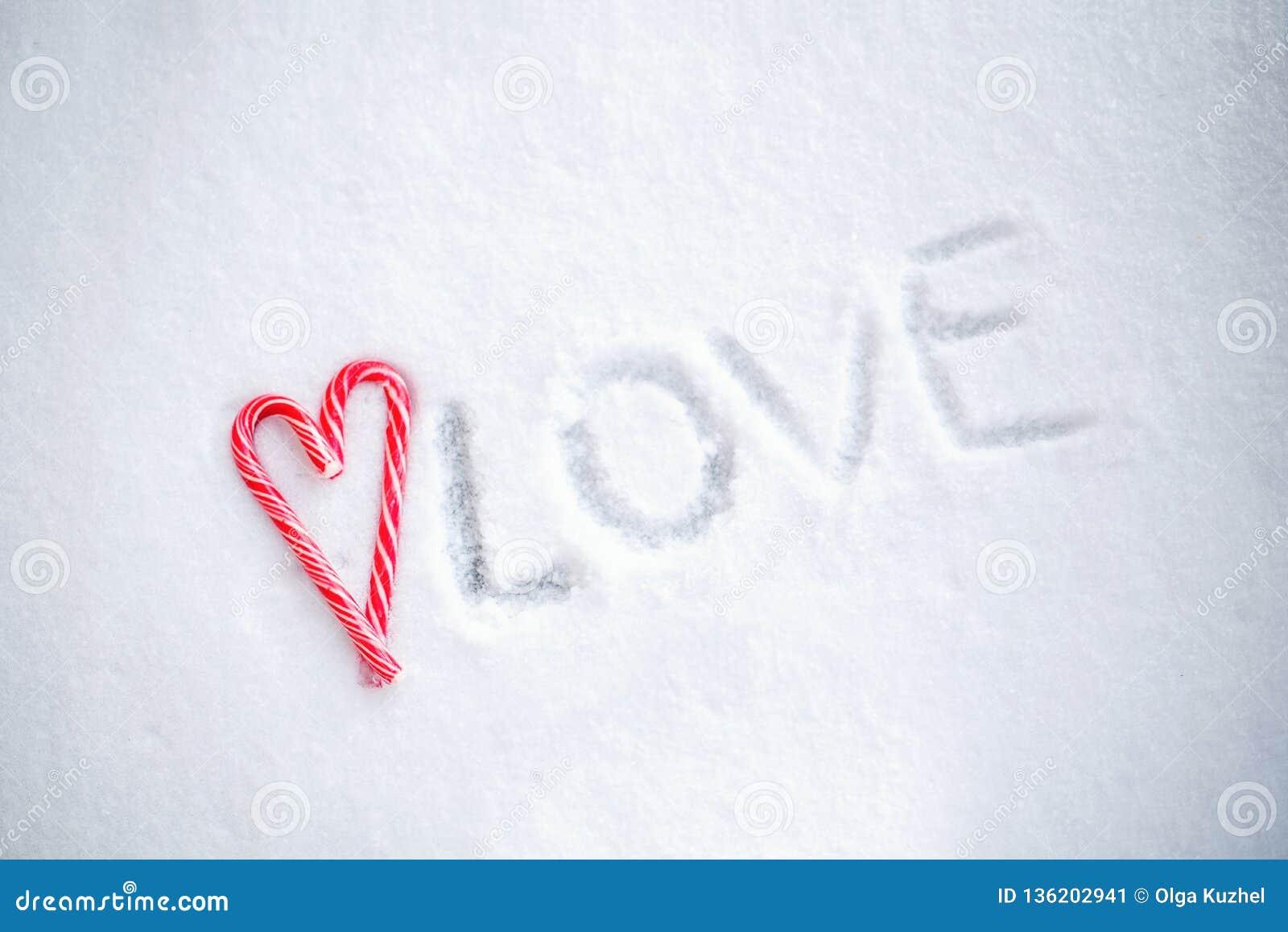 Andies do ¡ de Ð na forma do coração em um fundo da neve