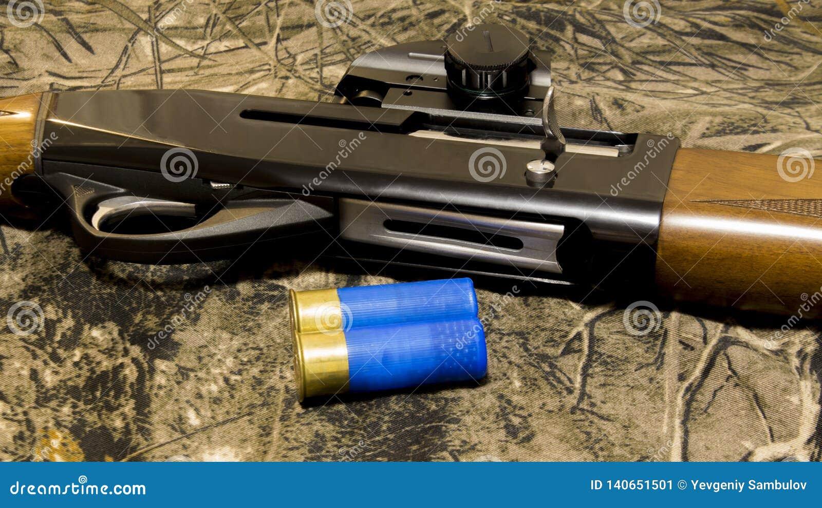 Andjakt i vår rundor 12-gauge och en camohagelgevär hagelgevär för 12 mått med kulor