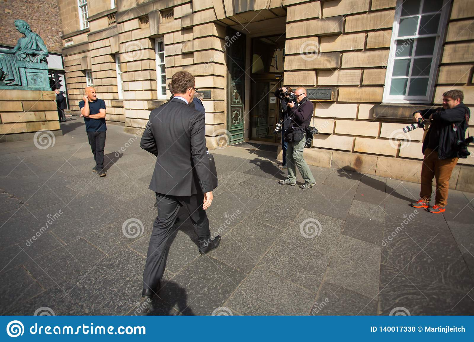 Andrew Coulson ankommer på Skottland högre domstol