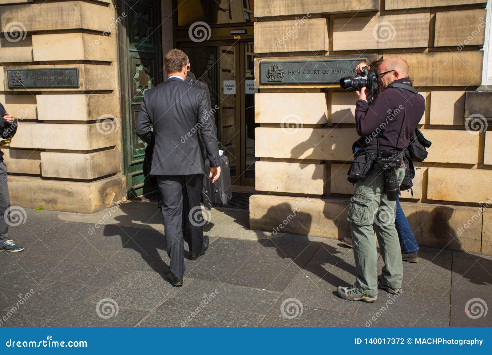 Andrew Coulson przyjeżdża przy Szkocja sądem najwyższy