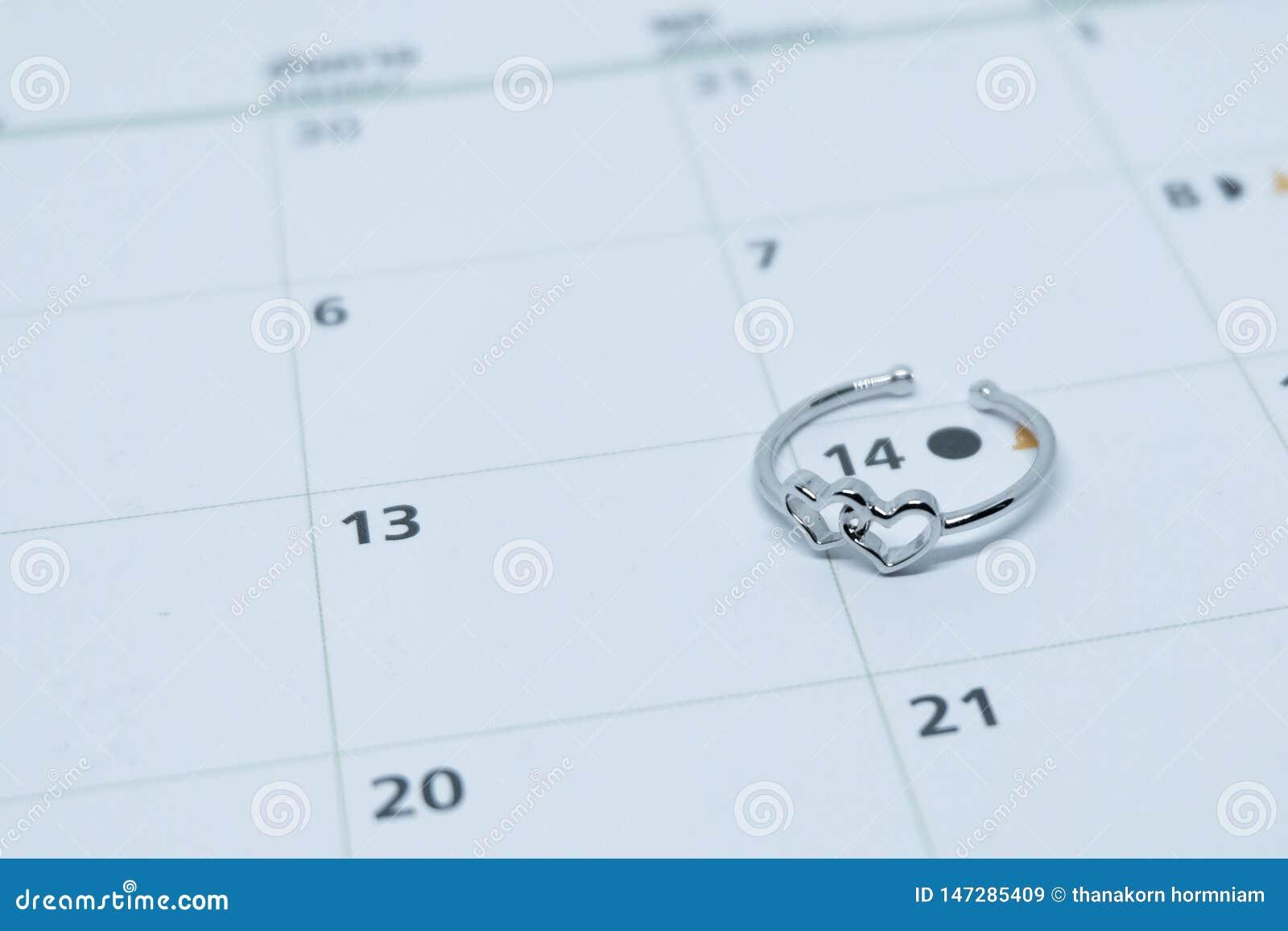 Anel de casamento dado forma cora??o do ouro