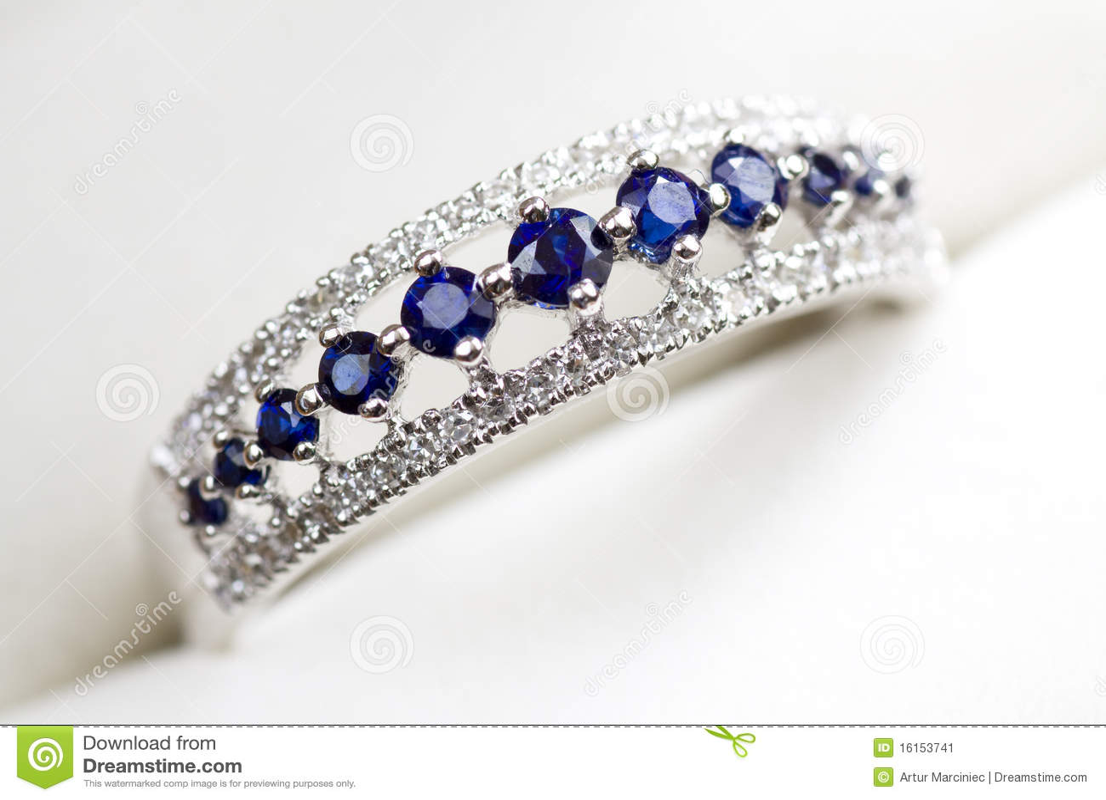 Anel de noivado do diamante e da safira