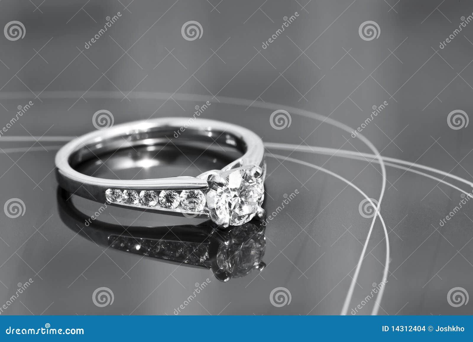 Anel de noivado em uma superfície reflexiva