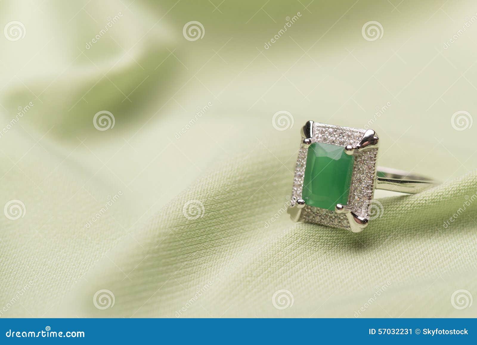 Anel de pedra verde