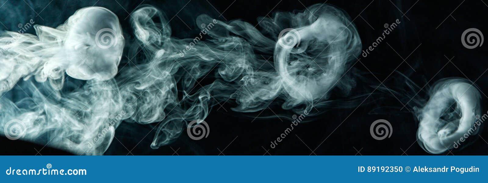 Anel do fumo do truque de Vape no fundo escuro