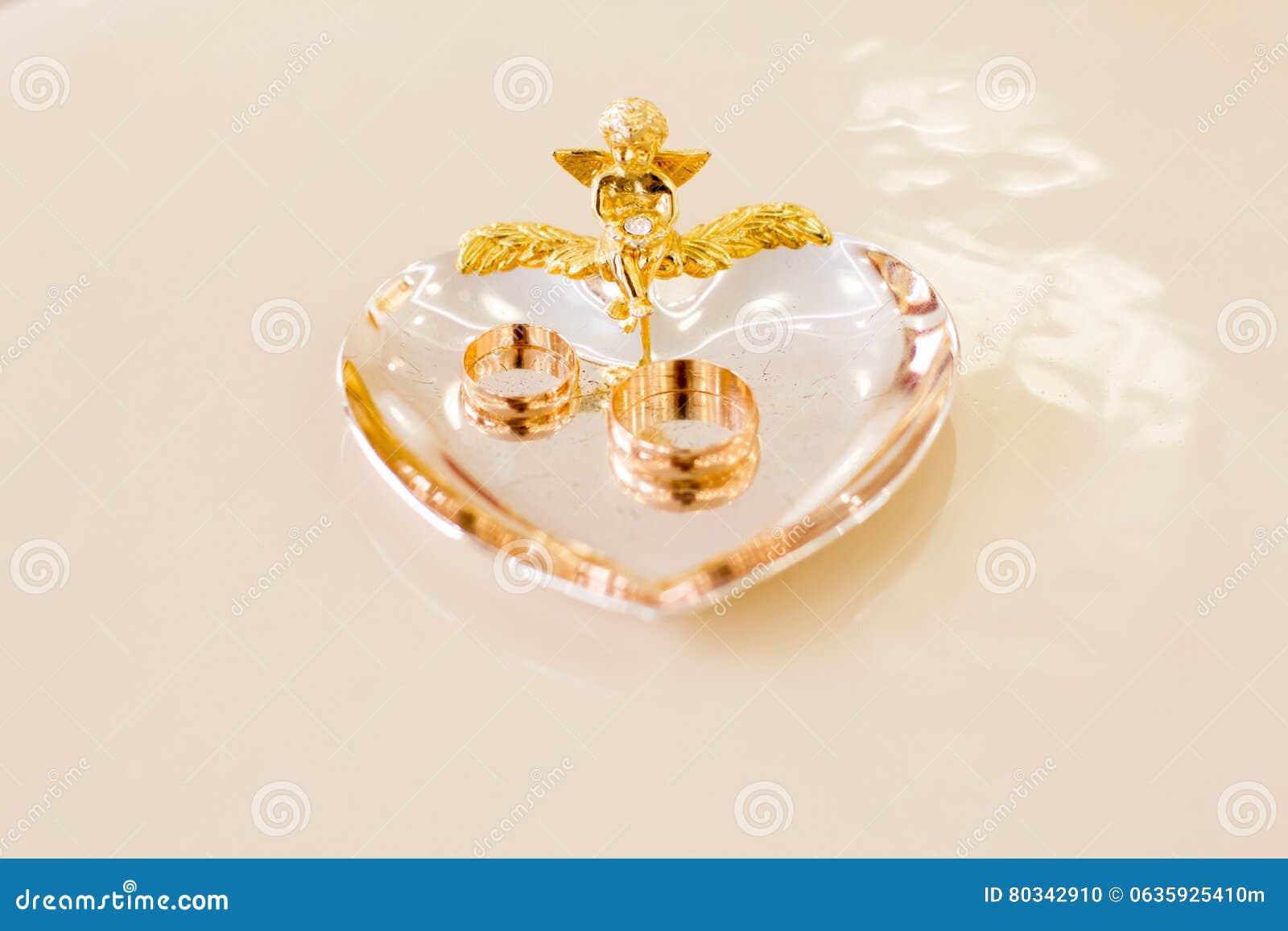 91de011e7484 Anelli delle persone appena sposate nella stanza di registrazione di  matrimonio