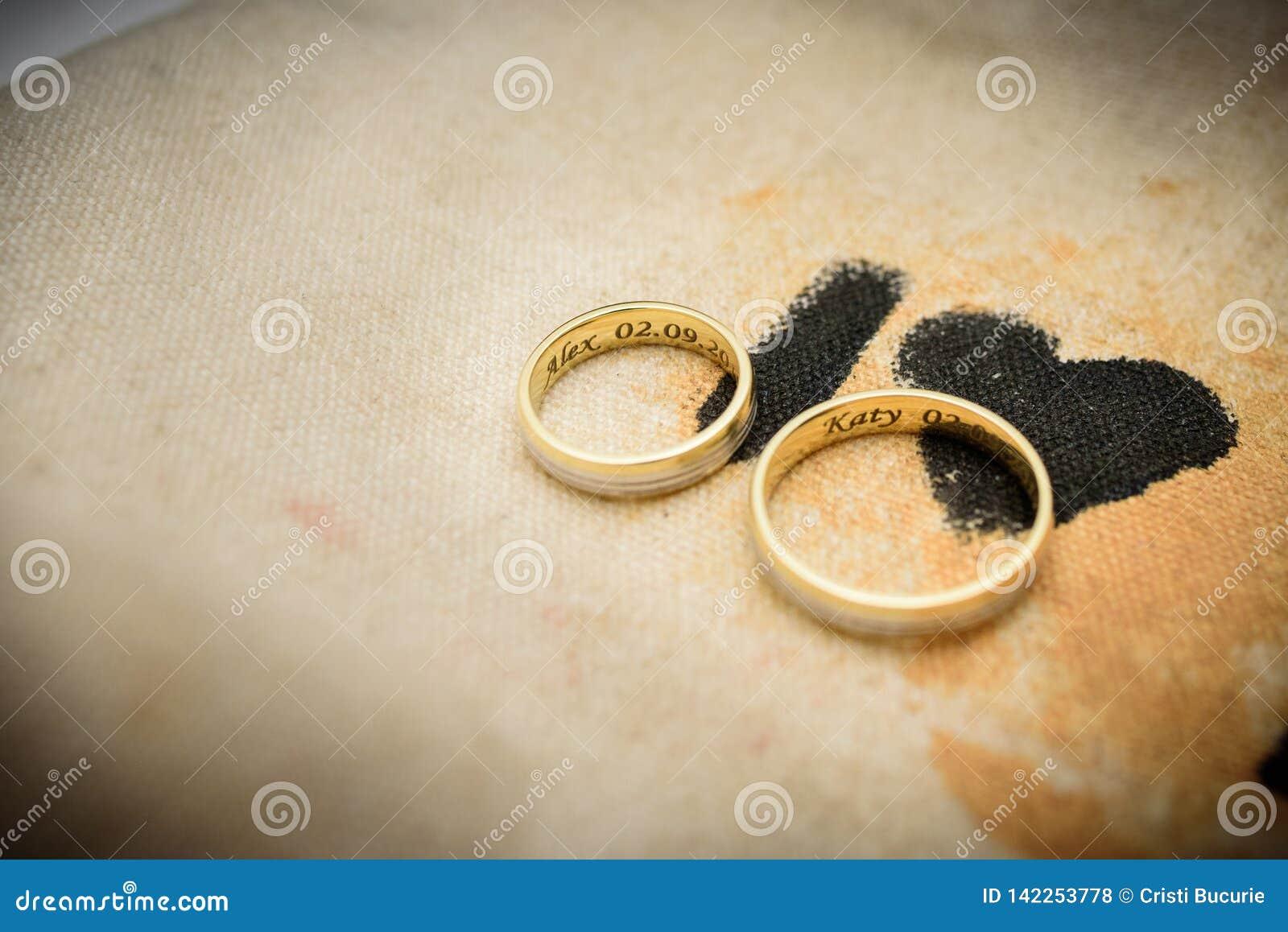 Anelli di cerimonia nuziale dell oro Relazione, impegno, amore