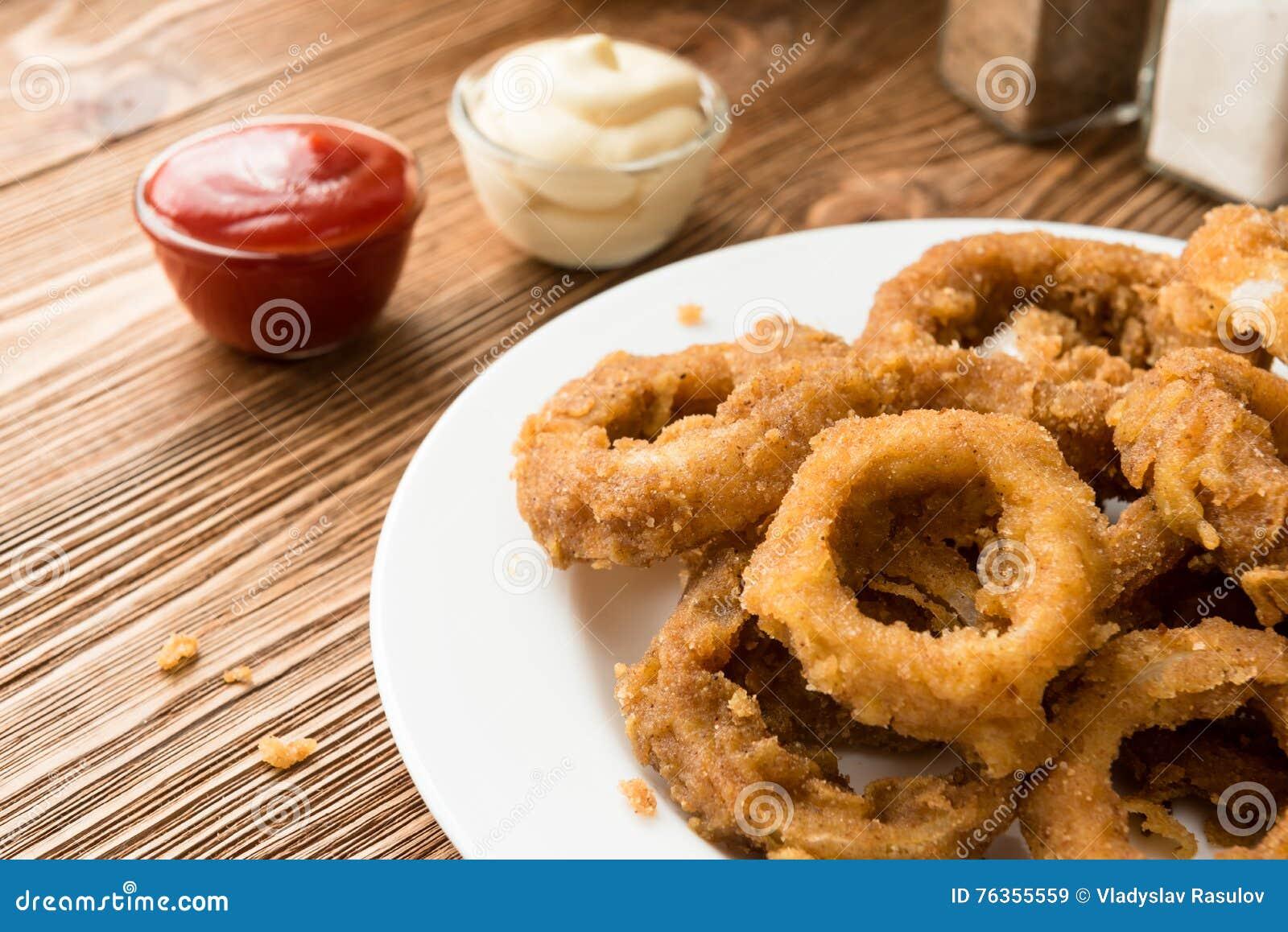 Anelli di cipolla dorati con salsa al pomodoro