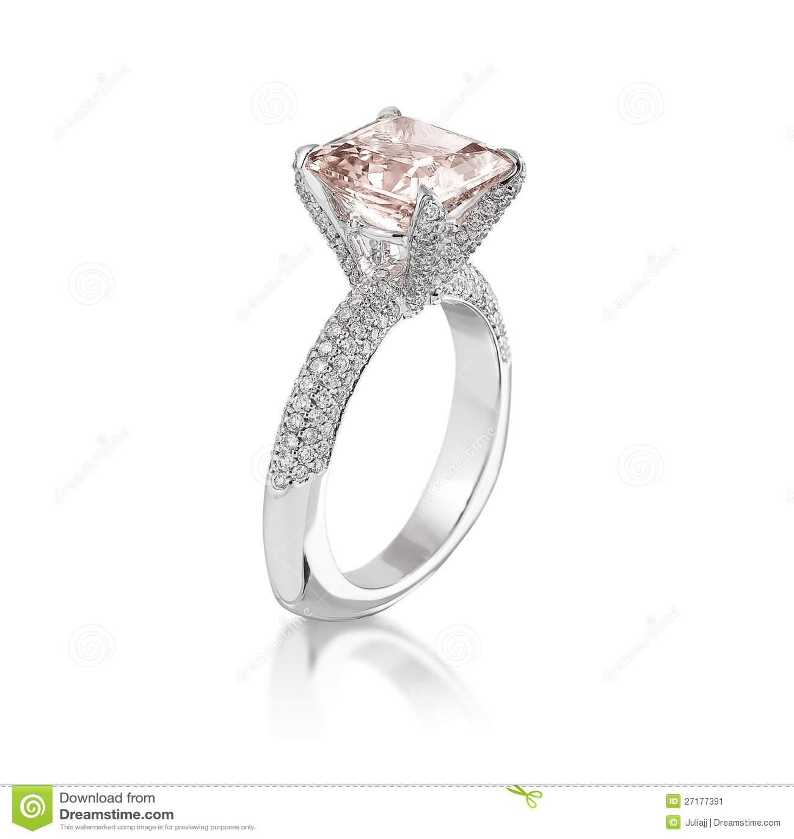 Anello di diamante dentellare.