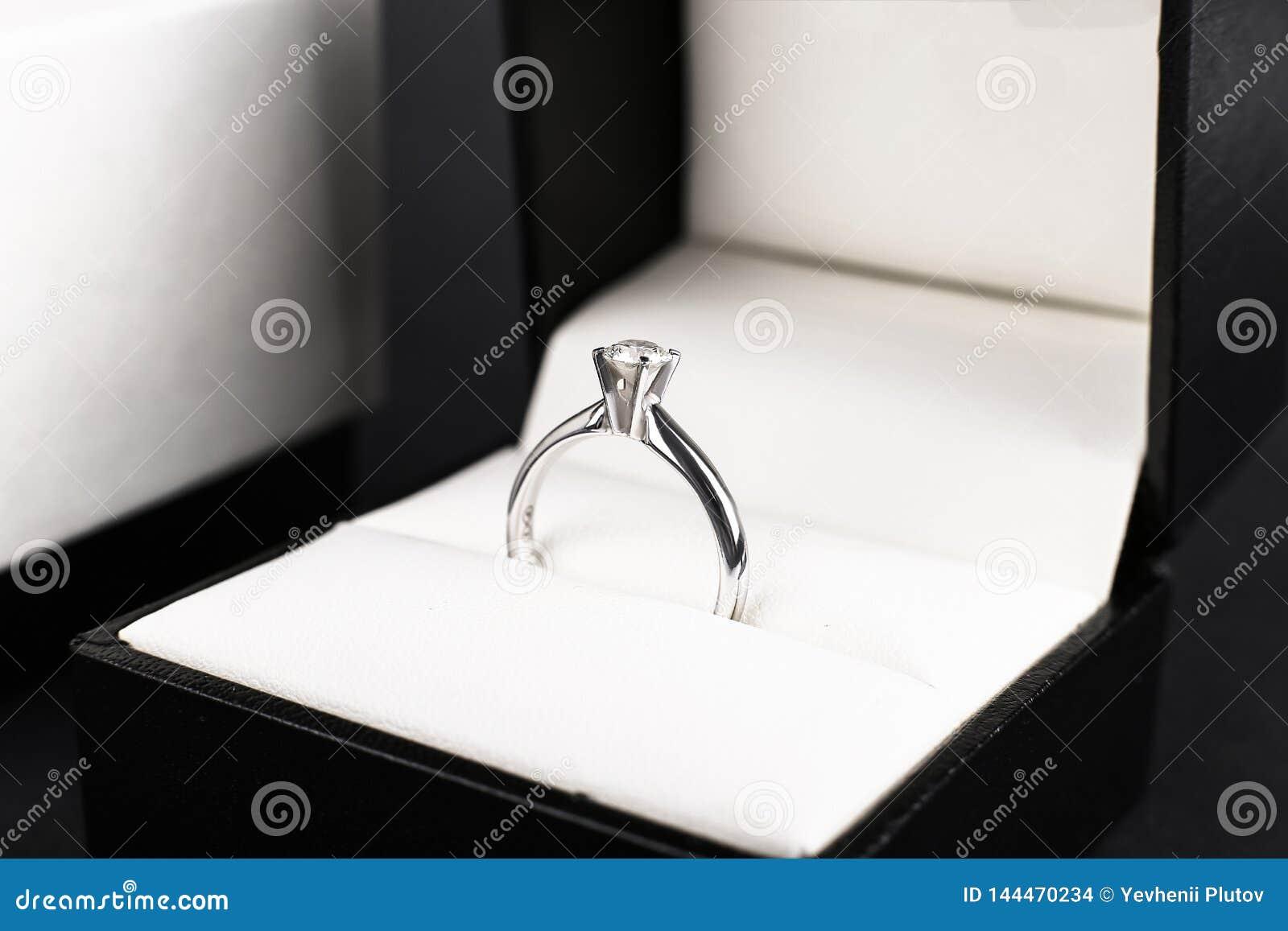 Anello Di Fidanzamento Del Diamante Dell Oro Bianco Platino