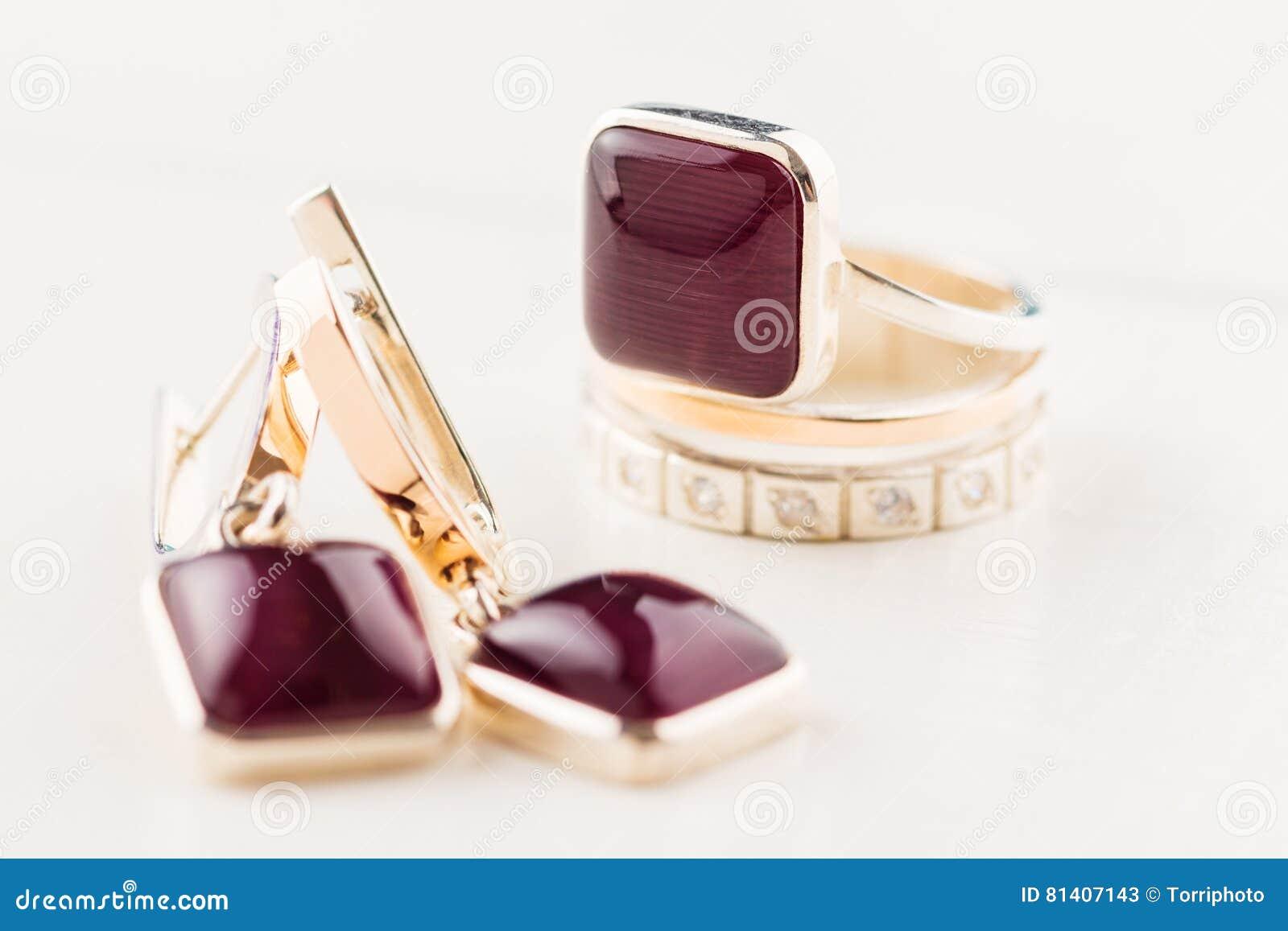 Anello di oro con la pietra preziosa porpora