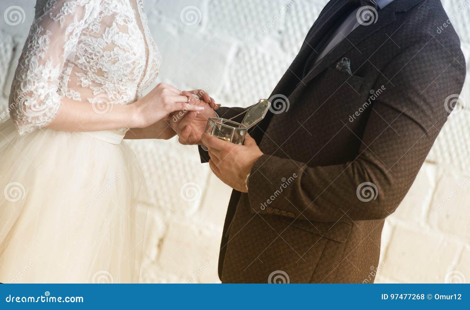 Anello dorato sul dito della sposa prima di nozze