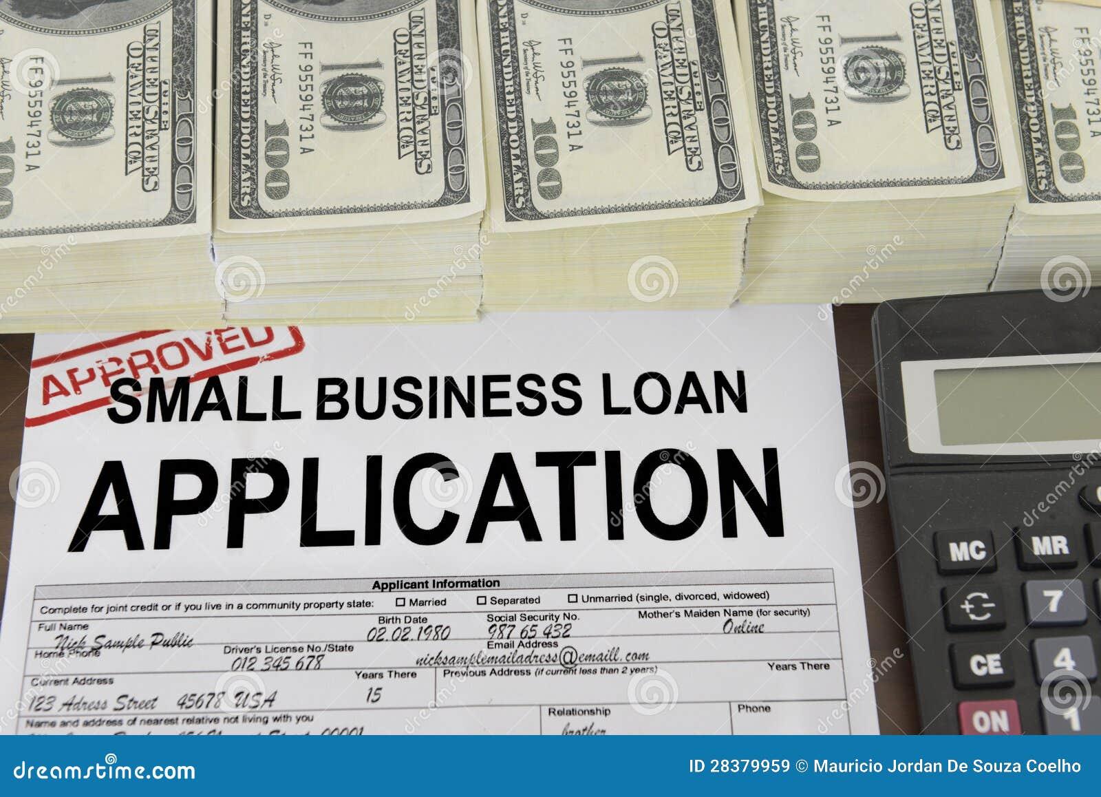 Anerkanntes Bewerbungsformular und Geld des gewerblichen Kleinkredits