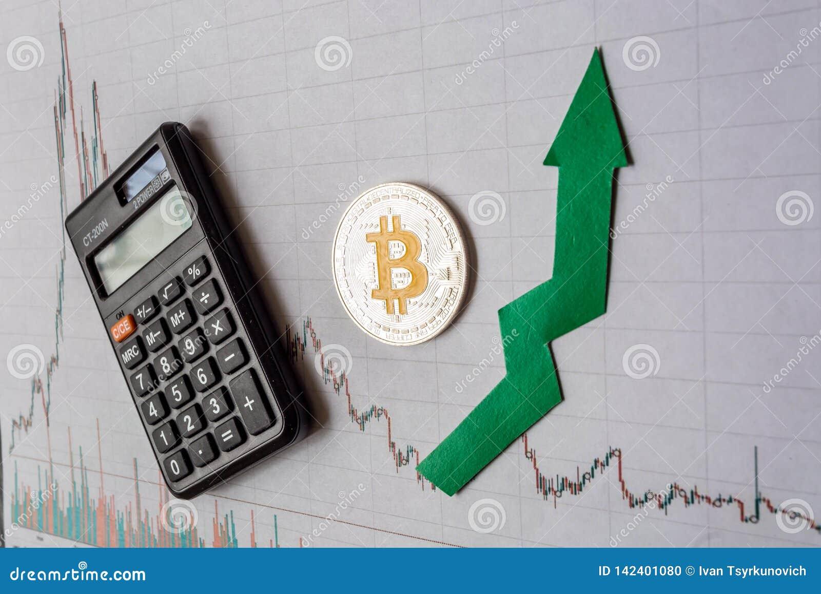 Anerkennung virtuellen Geld bitcoin Grüner Pfeil und silbernes Bitcoin auf Papierdevisendiagramm-Indexbewertung Devisenmarkt hina
