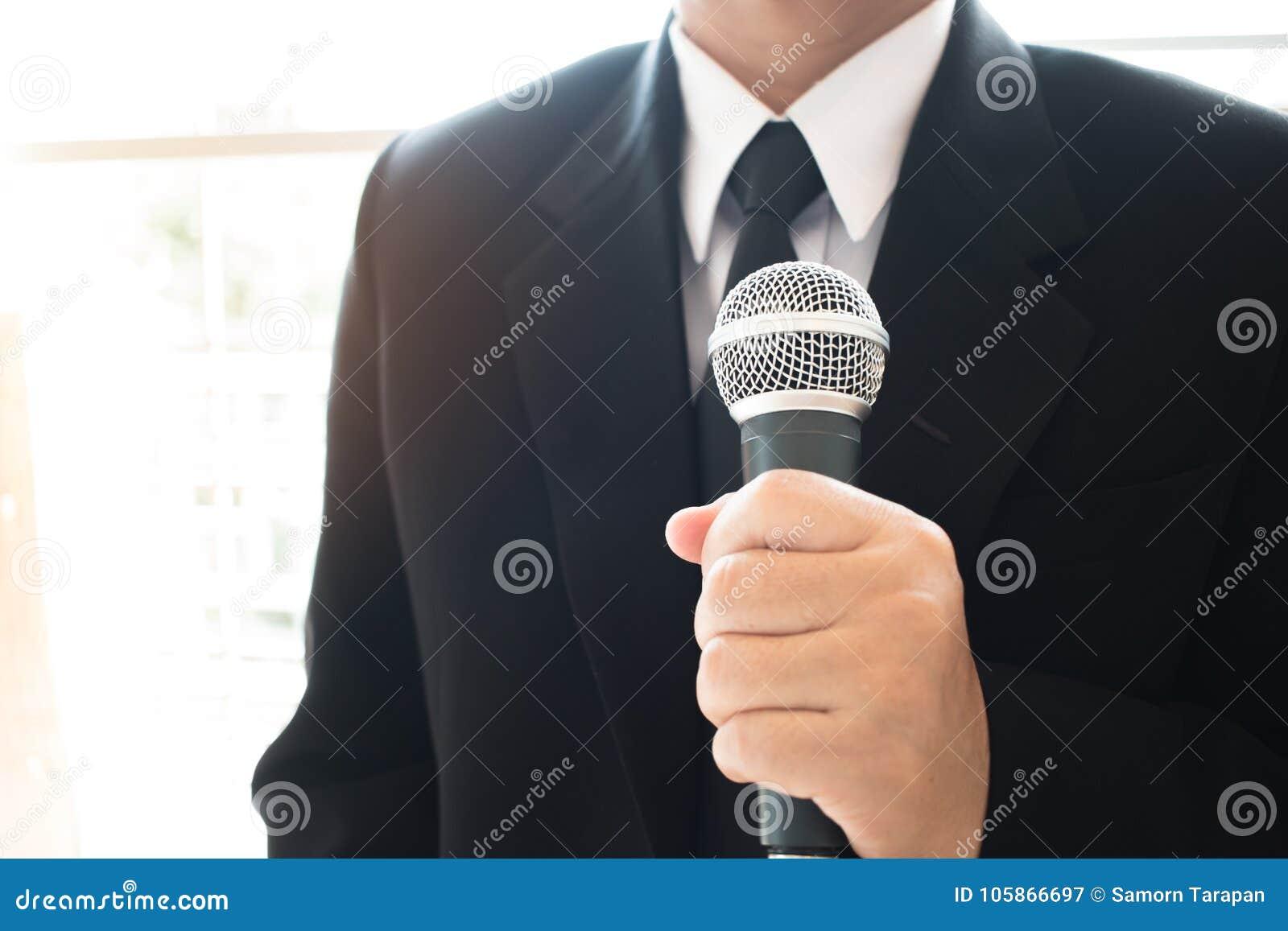 Anförande för smart affärsman och tala med mikrofoner i semina