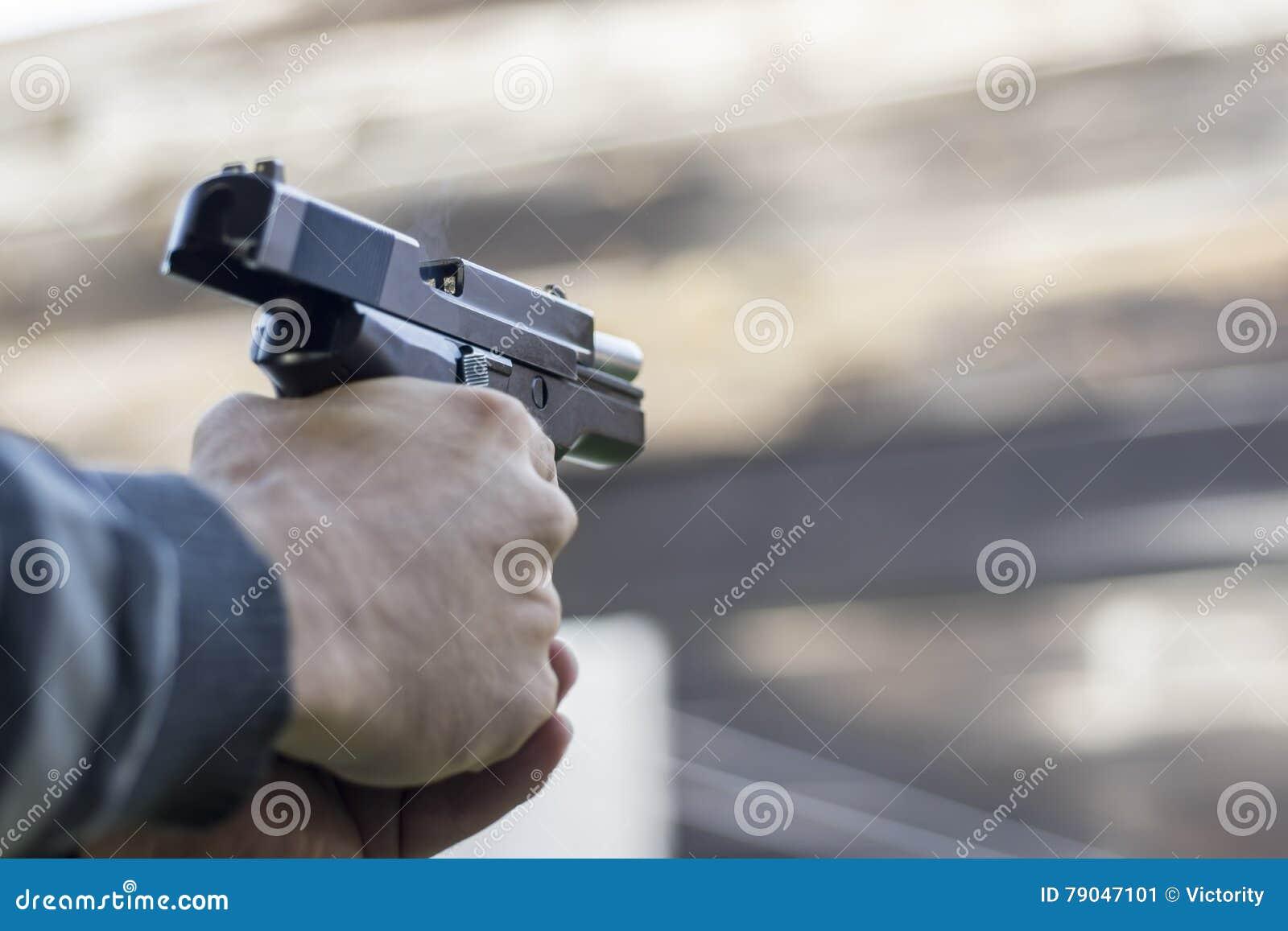 Anfall för vapenbrandgata Skjuta en handeldvapen och en rök som kommer ut ur trumma