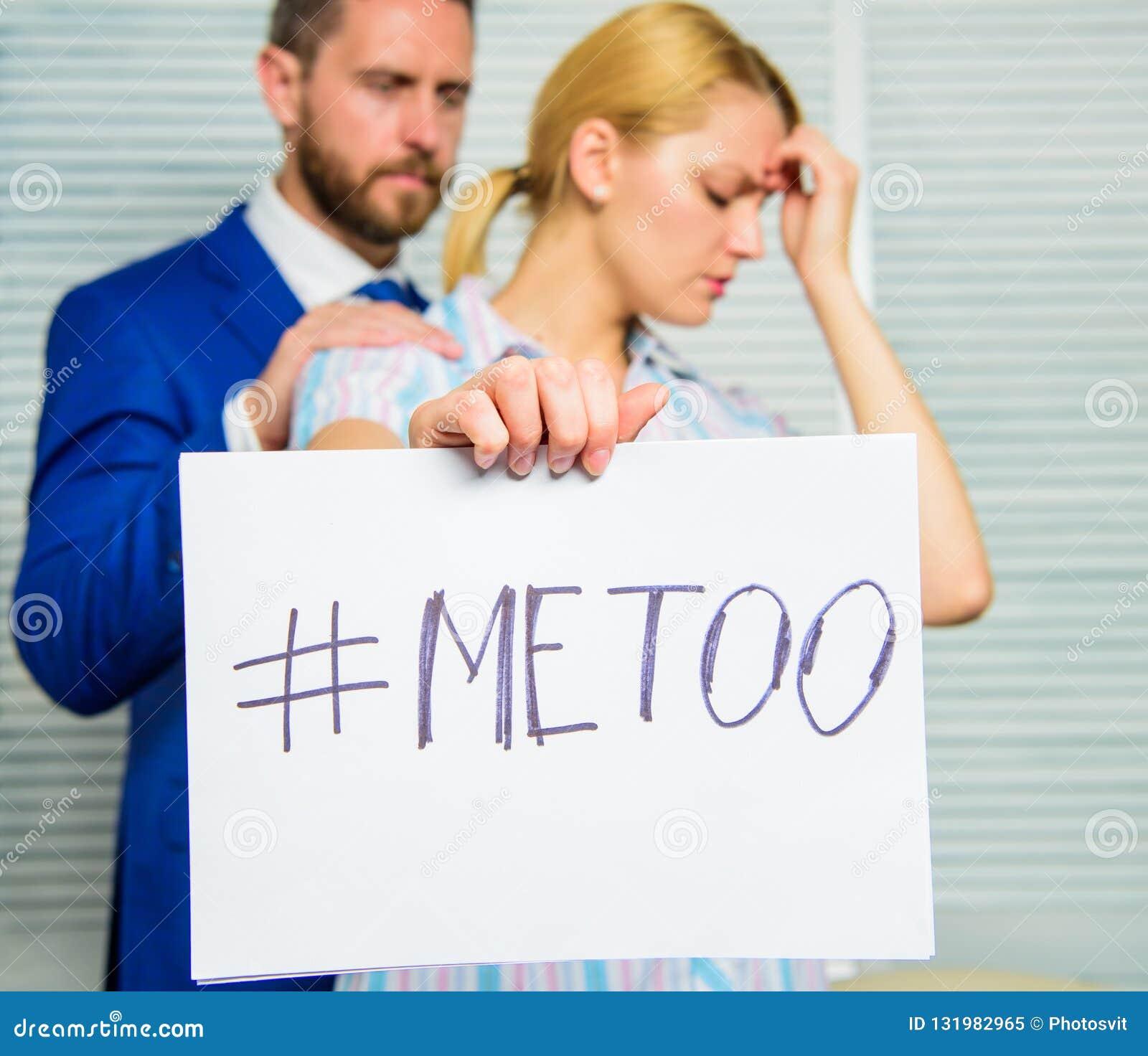 Anfall på arbetsplatsen Anfall som uppsätta som mål på anställd Hashtag för flickahållaffisch mig för medan kollega som är lugna