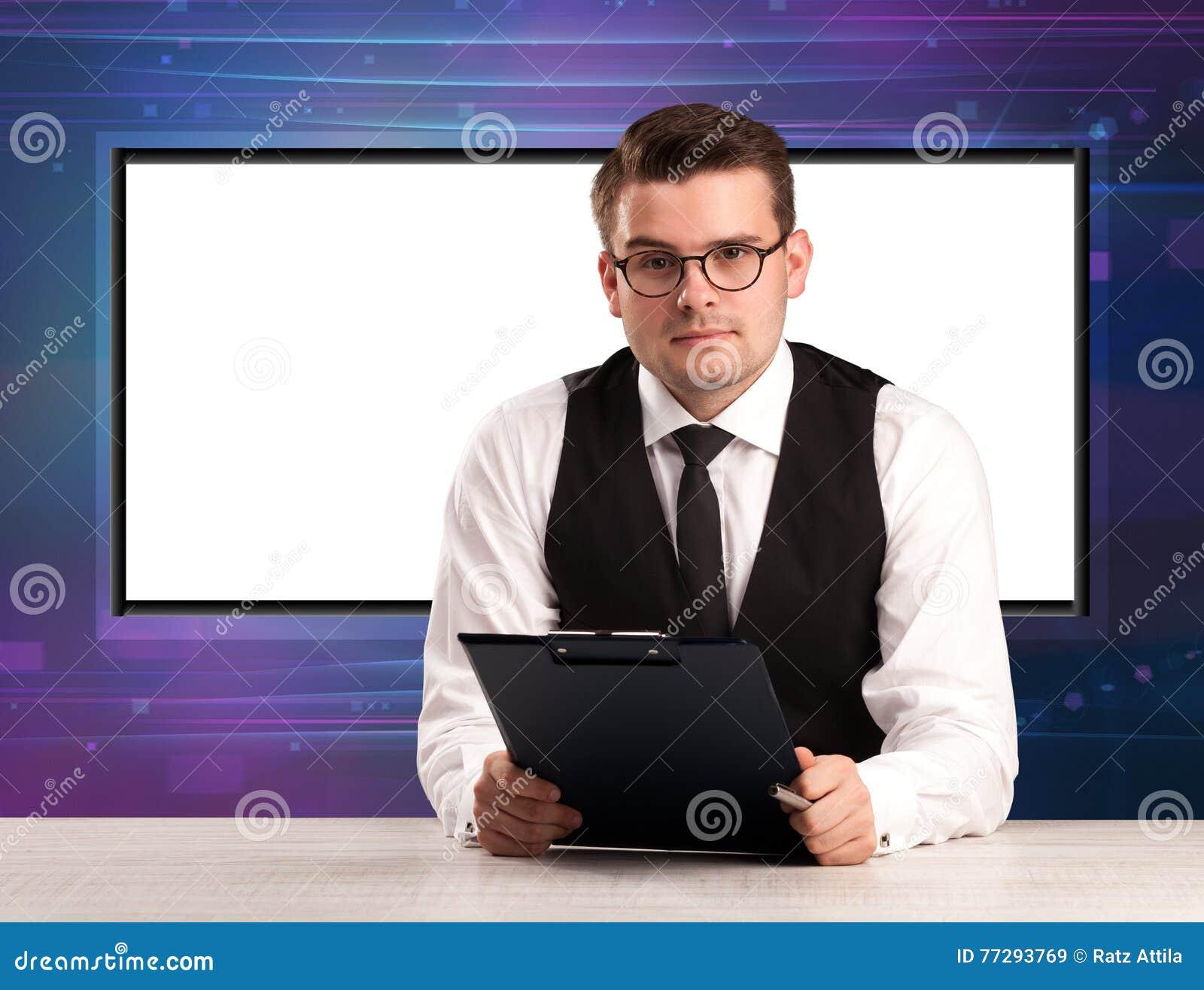 Anfitrião do programa de televisão com a tela grande da cópia no seu para trás