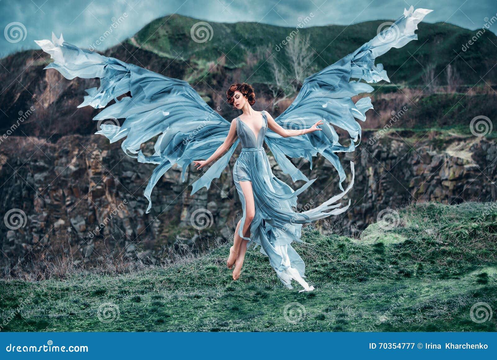Ange de fille avec belles ailes