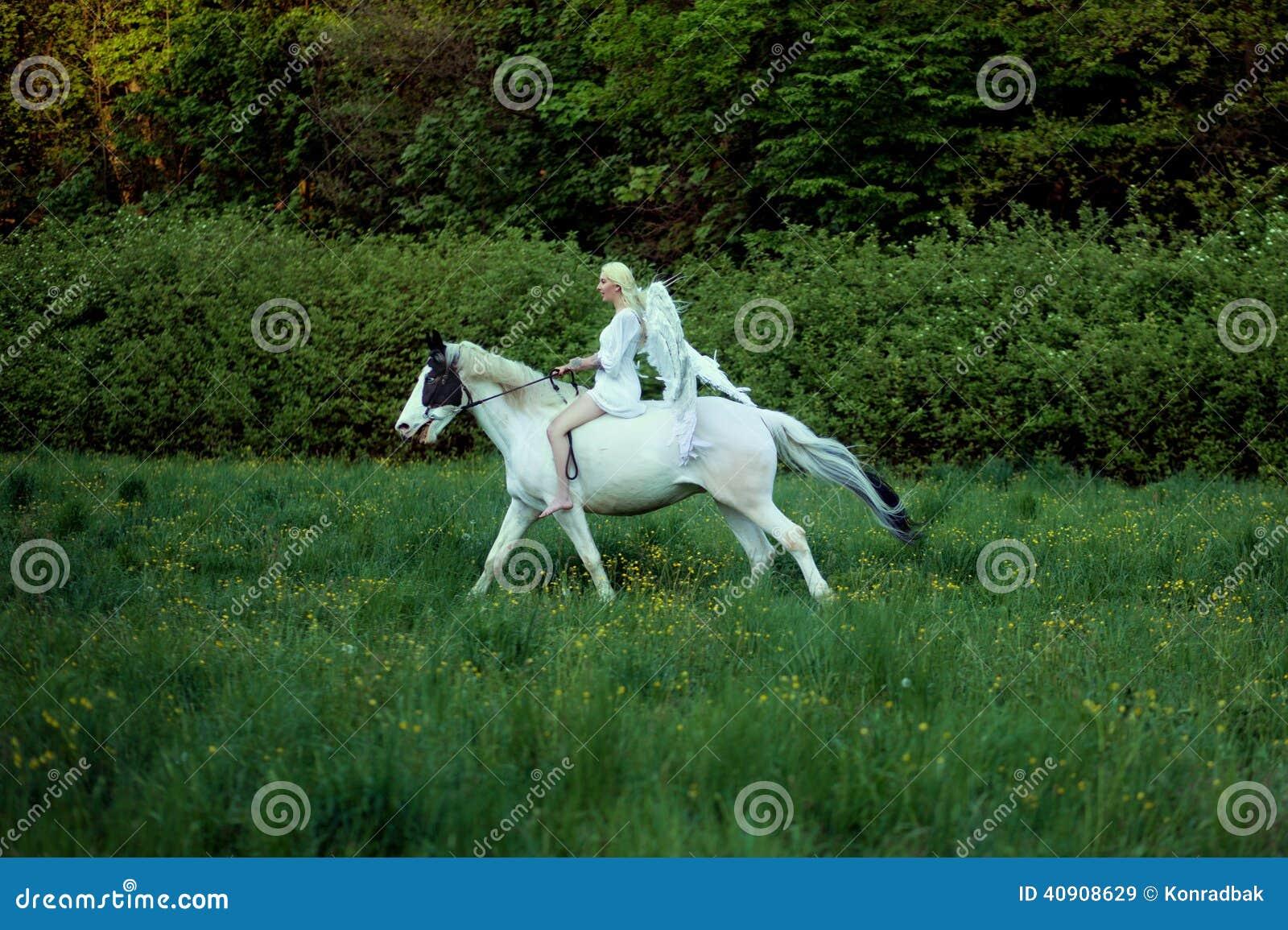 Ange Gracieux Sur Le Cheval Majestueux Image Stock