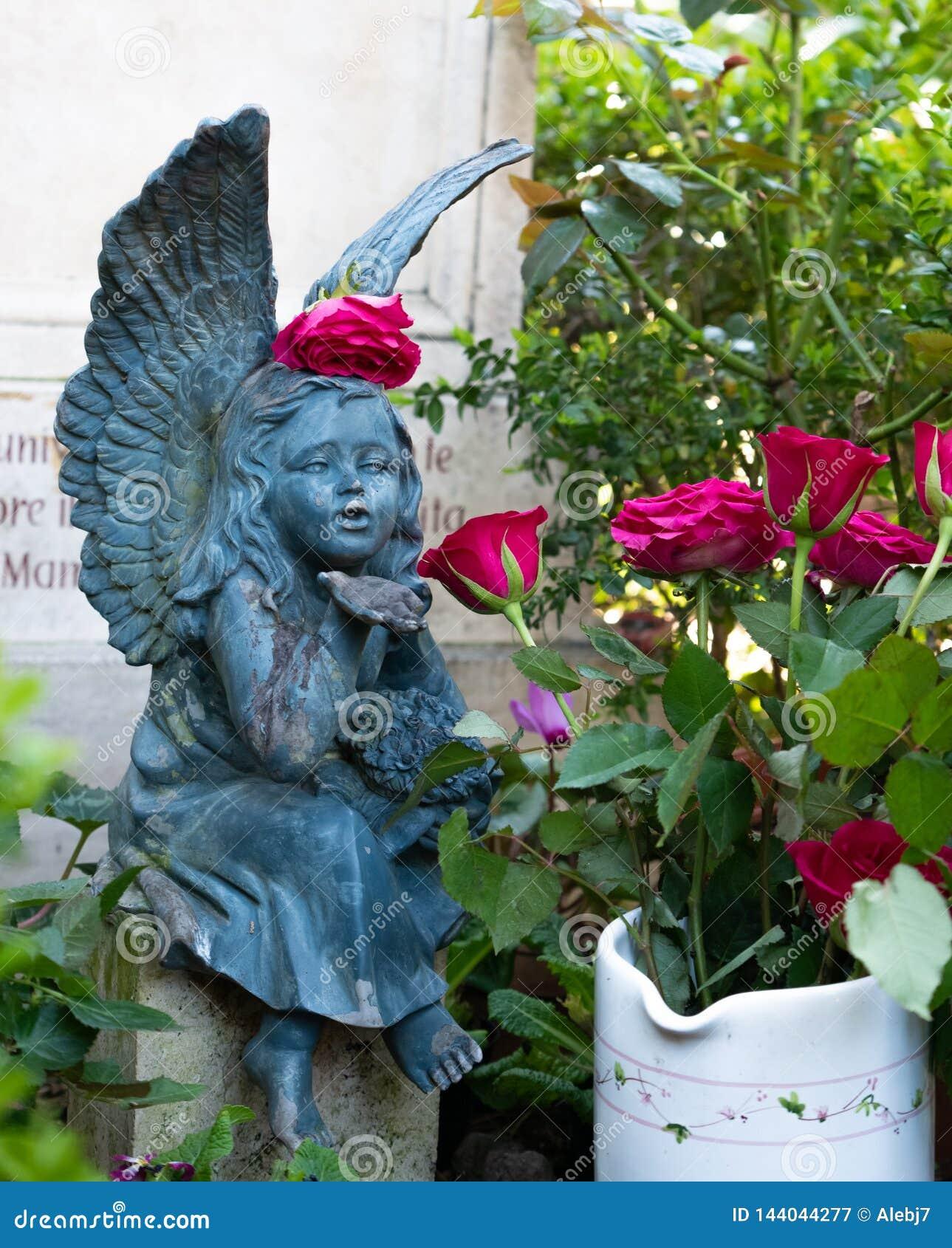Ange parmi les fleurs