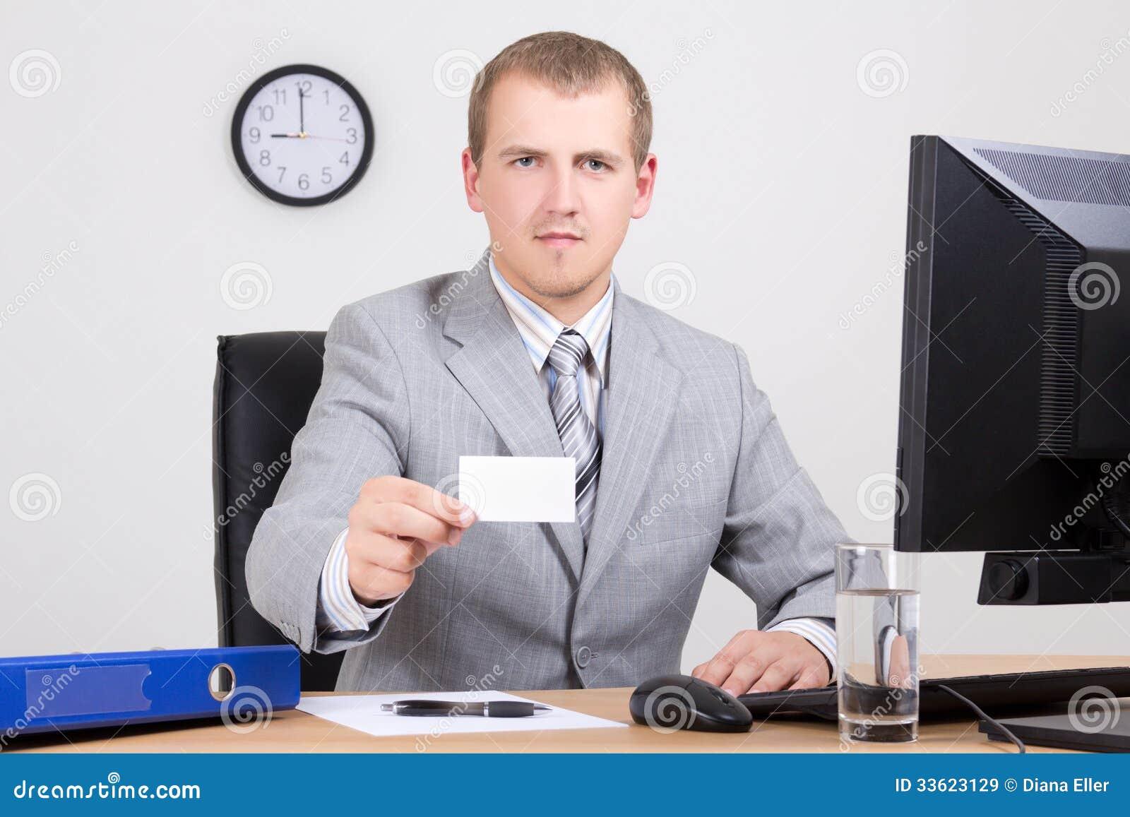 Angebotkarte des Geschäftsmannes in seinem Büro