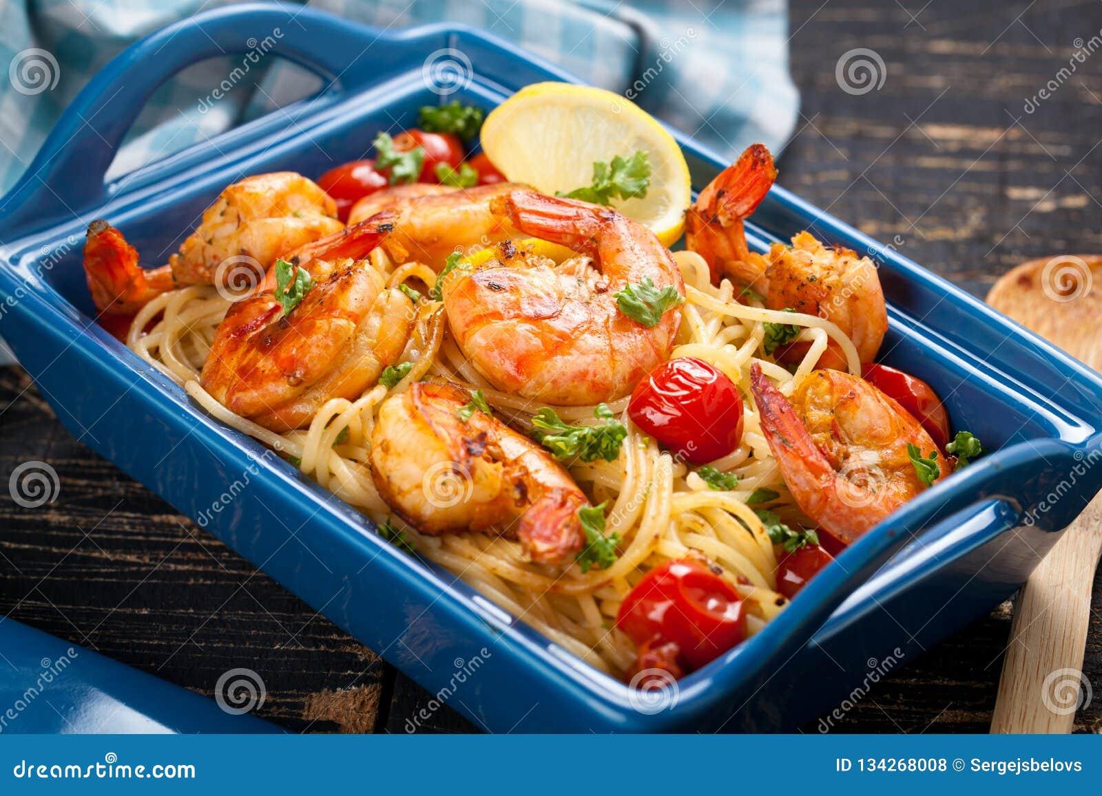 Angebratene Spaghettis mit gegrillten Garnelen und Tomaten - italienische Fusionsnahrungsmittelart
