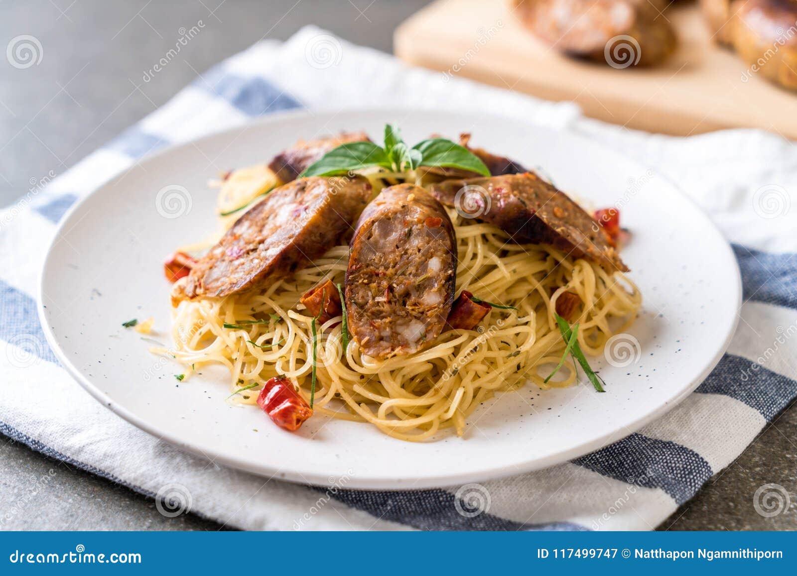 Angebratene Spaghettis mit Sai Aua (thailändische würzige Wurst Notrhern)