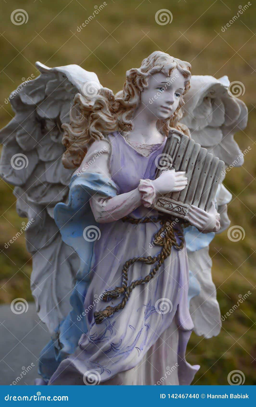 Angel Statue Playing een Harp buiten