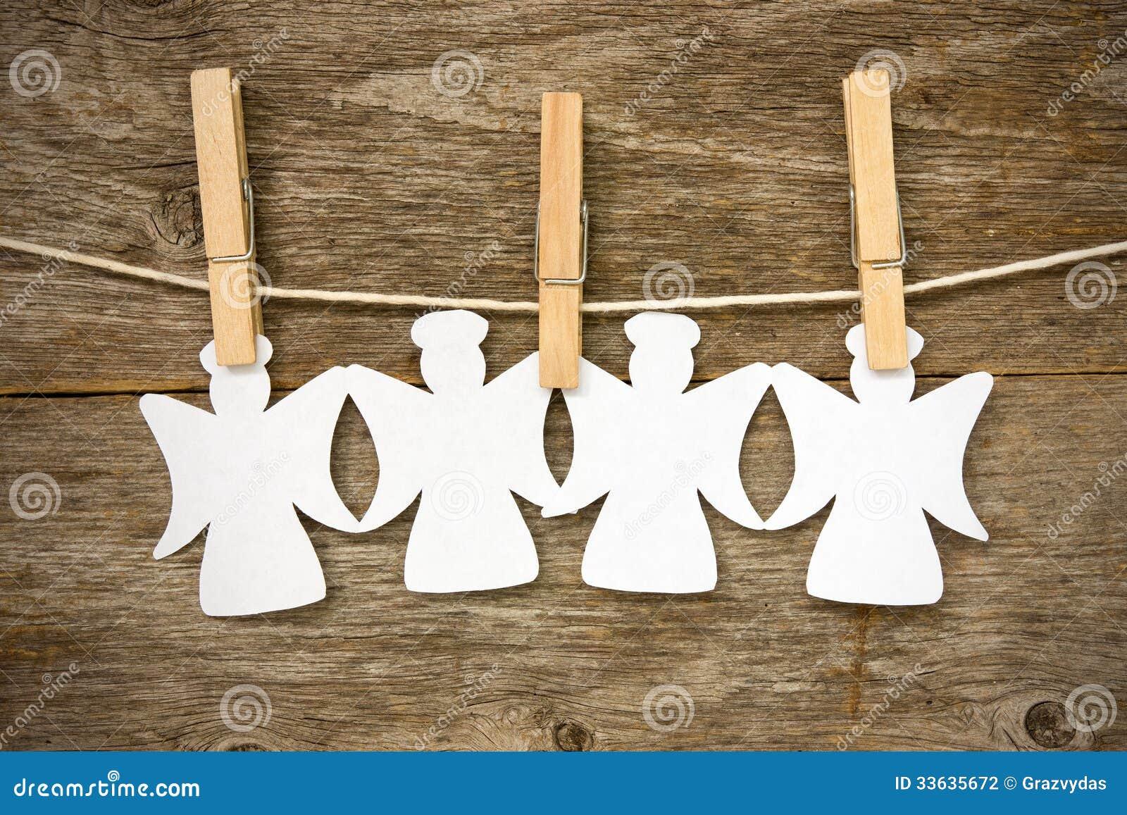 Angeli Di Carta Che Appendono Sulla Corda Da Bucato Fotografia Stock